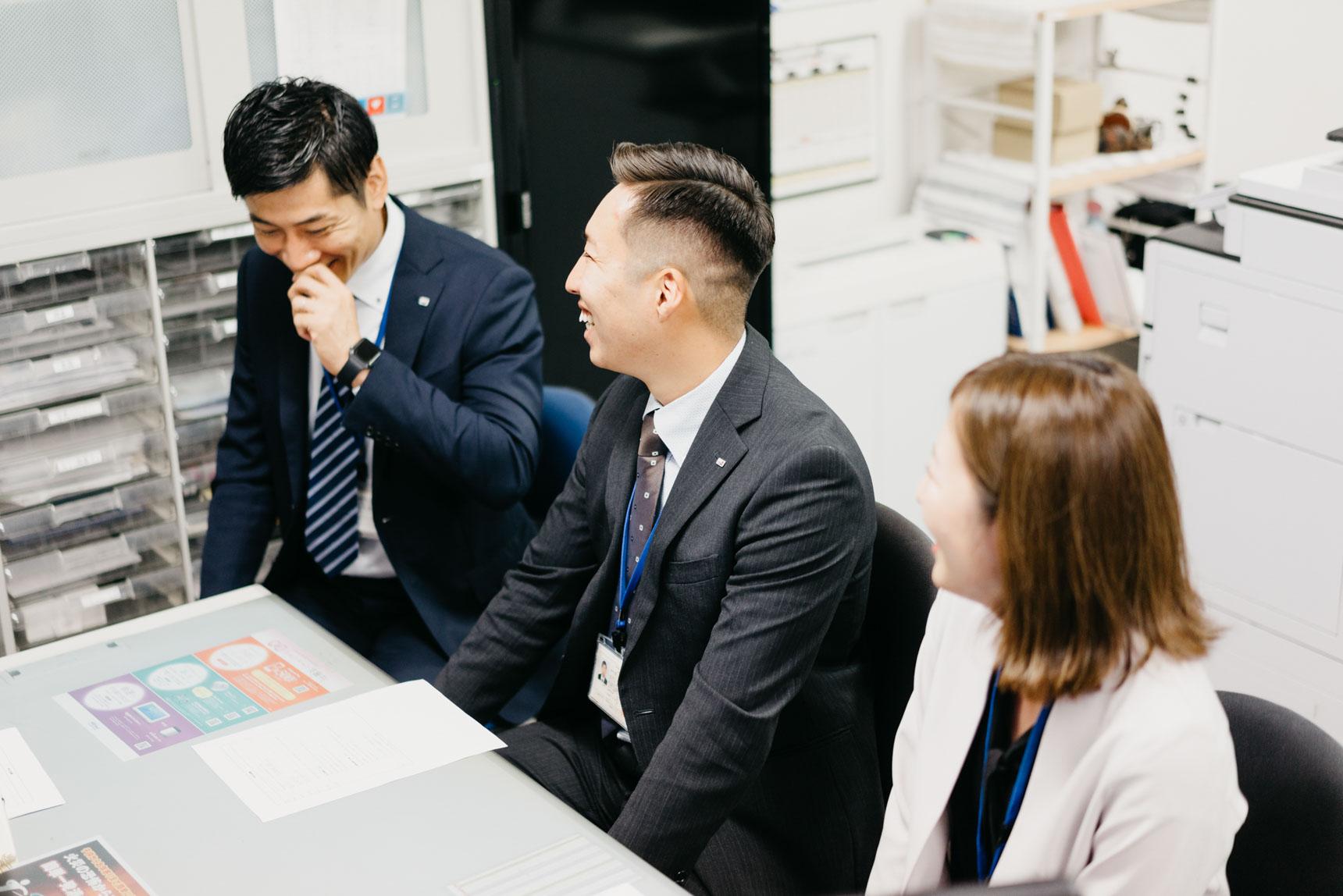 お話を伺ったのは、写真左から、渋谷営業所 所長の栗原良太さん、瀧谷謙斗さん、飯野沙耶さん。