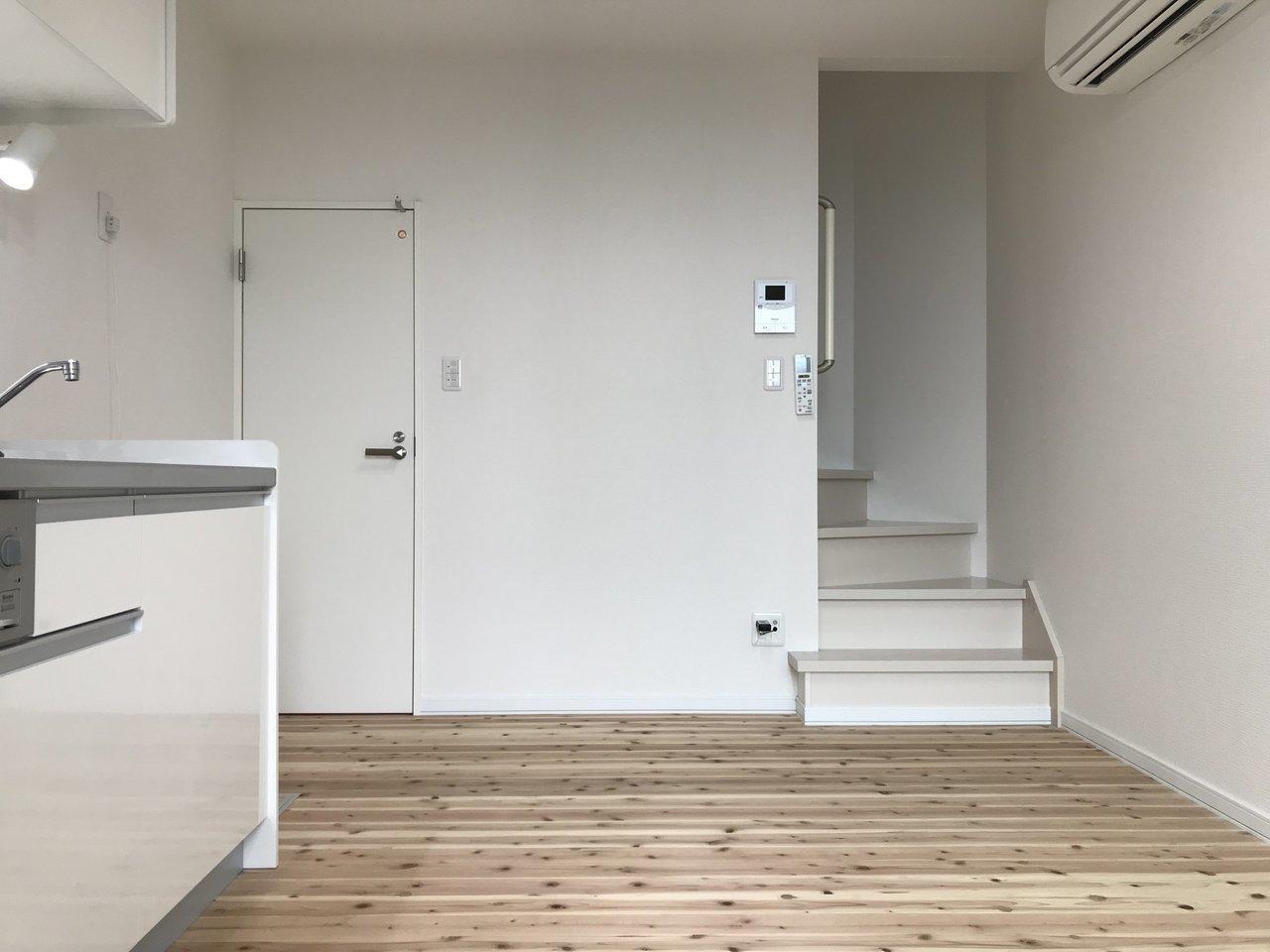 無垢床材を使用していて、木の香りが存分に感じられる1DKのお部屋。2階があって、さらにその上にロフトまであって。なんとも贅沢にお部屋を使えそう。