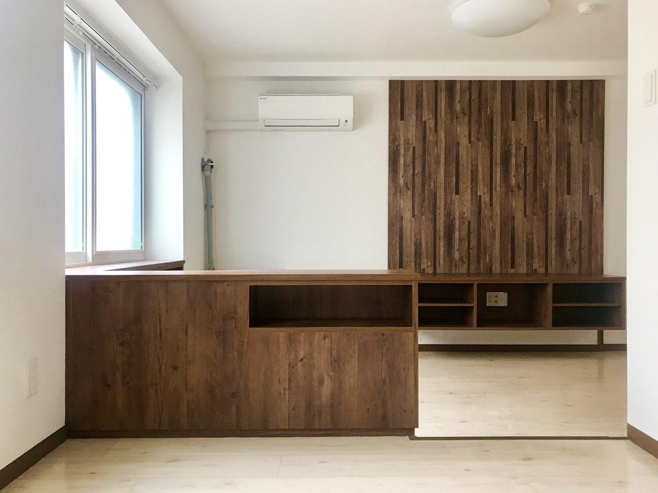 ブラウンの木目調が目をひく、こちらのお部屋。木目の色が濃いので、インテリアはブラックなどの落ち着いた色合いのものでそろえると良さそう。