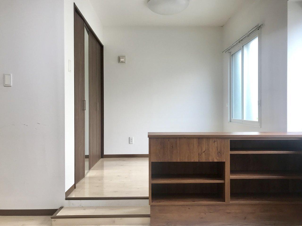 そして段差を2段上ると、洋室が。仕切りがない分、ベッドメイクは念入りに。クローゼットもかなりの大容量。ここに荷物をしまい込んで、居室・寝室スペースは物を出さないように、シンプルに暮らすのもいいですね。