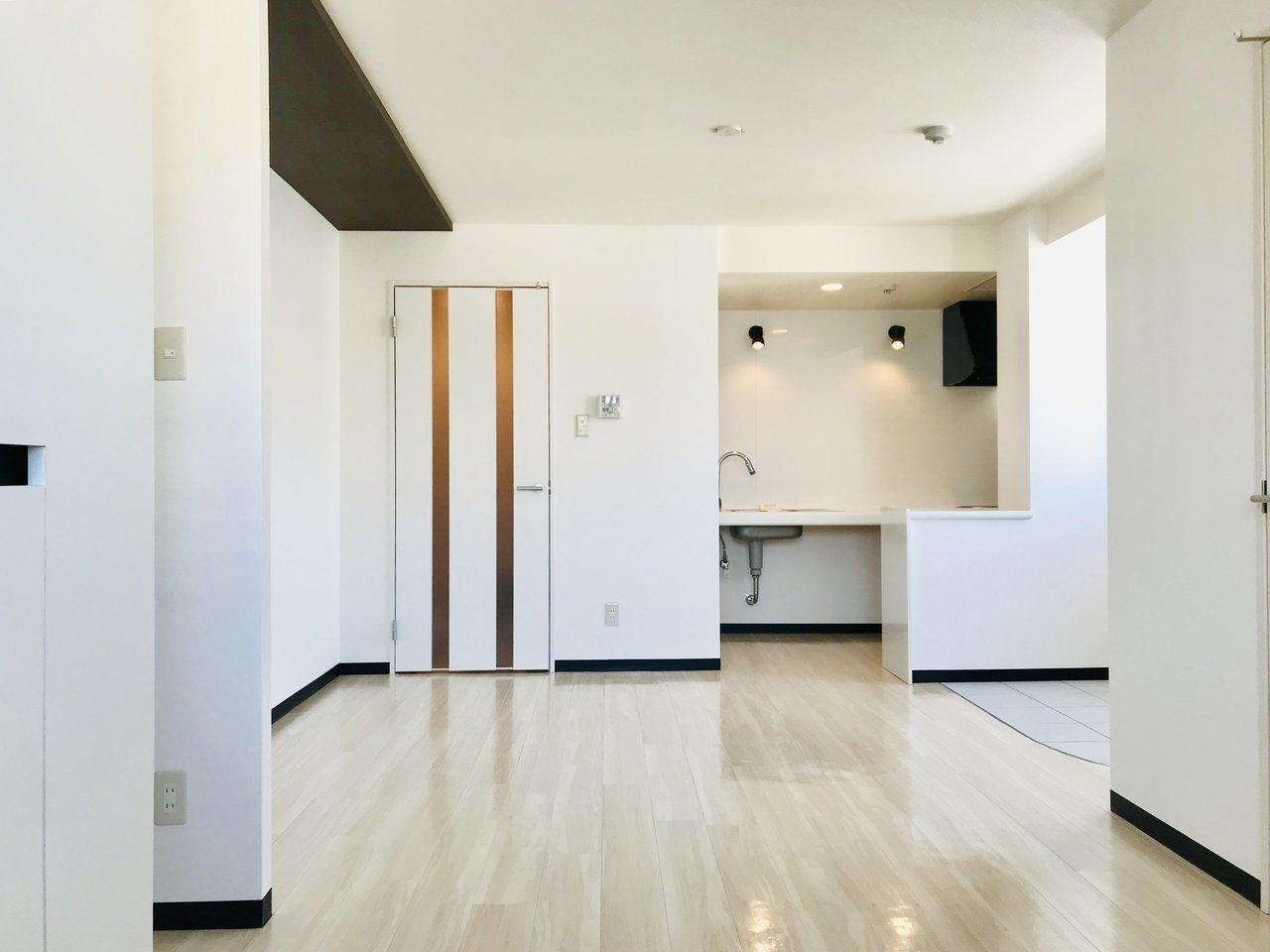 広々とした室内は、LDKが8畳、洋室5.3畳が連なった間取りになっています。奥に見えるキッチンは収納スペースこそありませんが、シンプルな造りで、掃除のしやすいIHコンロもついています。