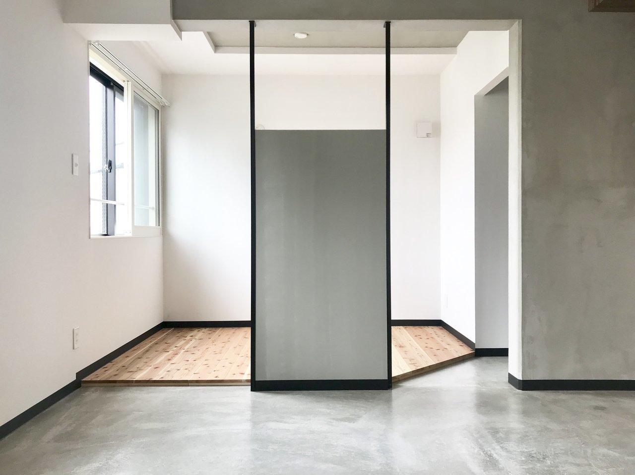 洋室とリビングを仕切るのは、扉もなく、カーテンでもない、この目隠しのみ。洋室の床には無垢材が使われているので、ローベッドか、もしくは布団での生活もいいかもしれません。キッチンも、寝室も、どちらも仕切りがないので、全体的に開放感のあふれるこのお部屋。おすすめです!