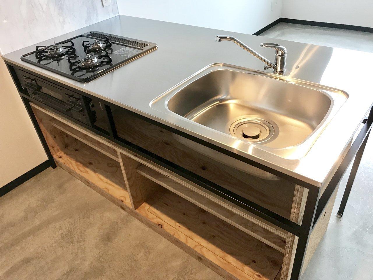 ガスコンロと調理スペース、広々シンク、の3点セットに加えて、下段には収納スペースも。お鍋やお皿などを平置きしたらちょうどよさそう。