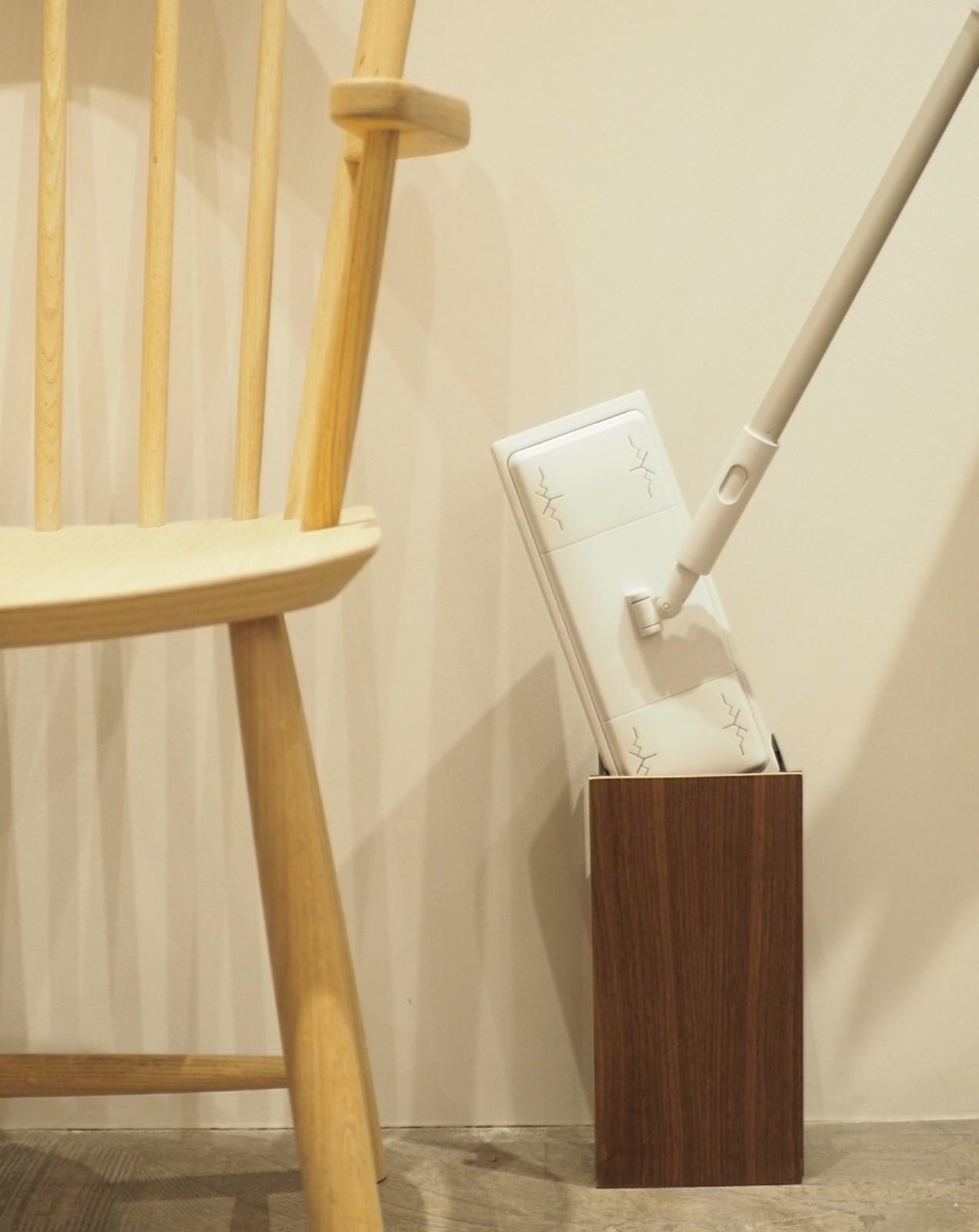 本体サイズ:幅13cmX奥行き10.5cmX高さ26cm すっきりと洗練された印象で、他の家具との相性も良いですね。