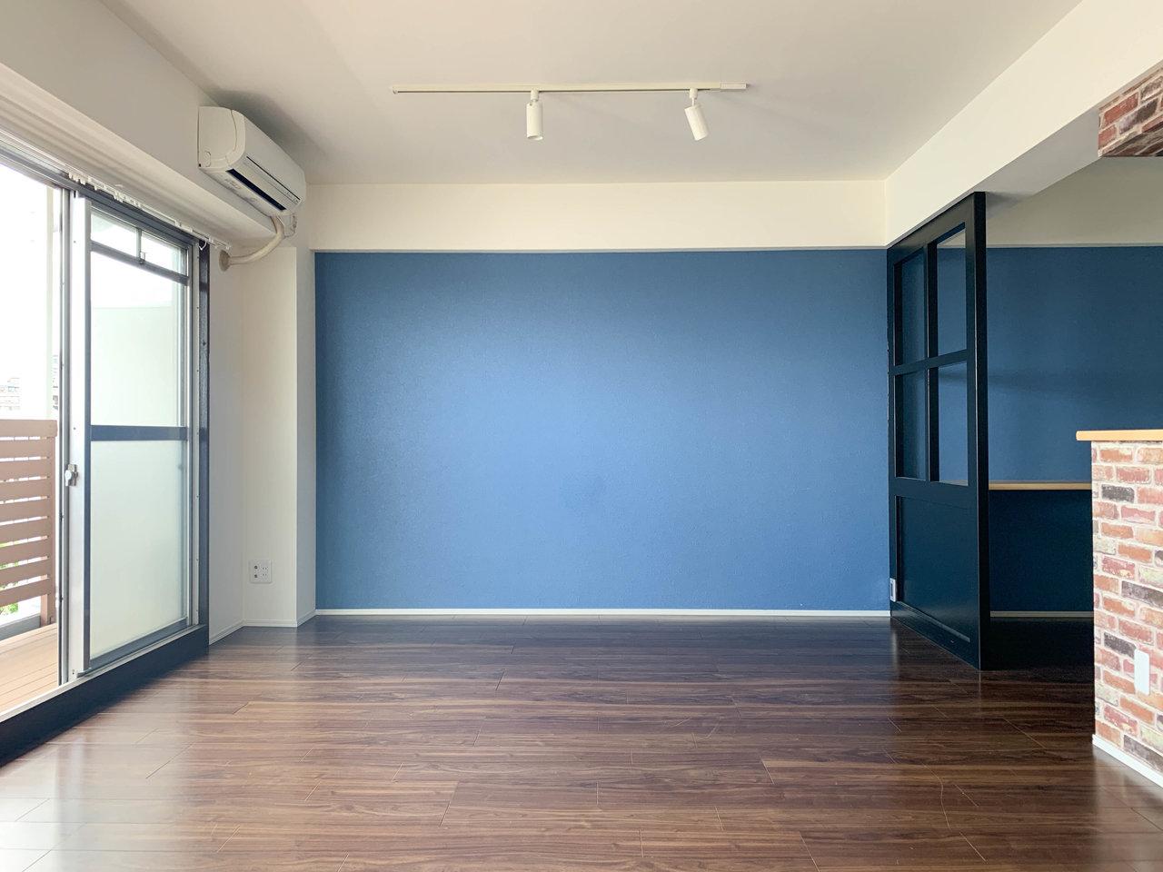 つくし野駅から徒歩20分。少し遠いですが、50㎡以上のゆとりのある部屋での生活が叶います。築年数は少し経っている建物ですが、リノベーションされているので、そこまで古さは気になりません。深いブルーの壁紙もアクセントになっていいですよね。