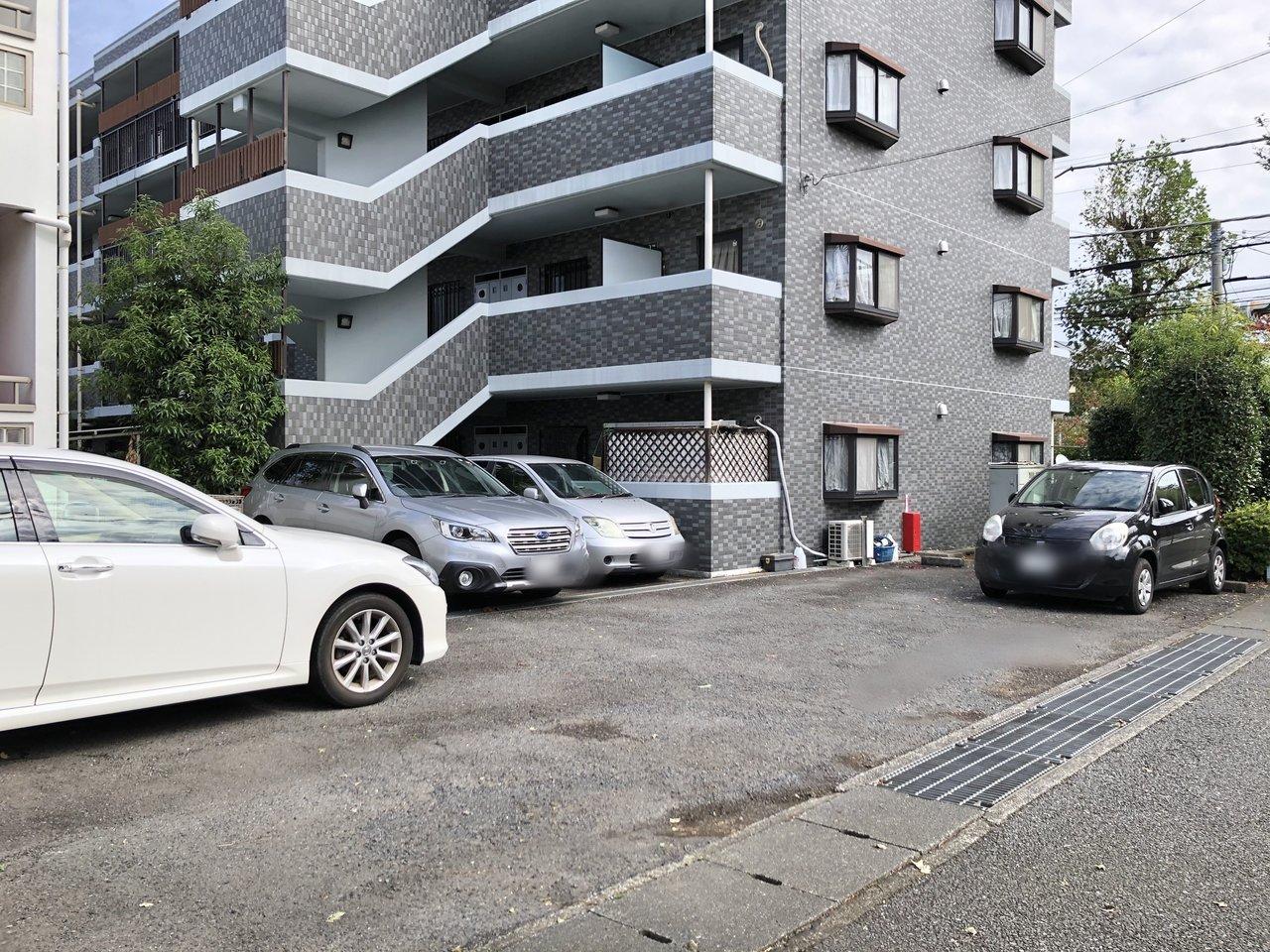 マンション下に駐車場もありますよ。車を持つお二人にぜひおすすめしたいです。休日は電車を利用せずに、気ままにドライブが好き、なんていいですね~!(使用する場合は空き確認をお忘れなく!)