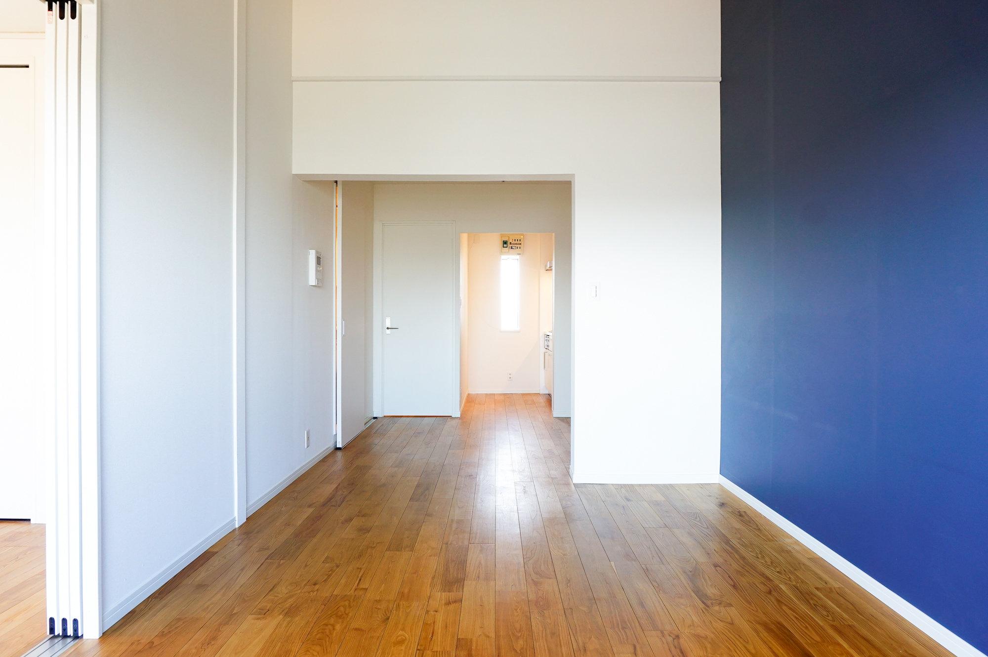 こちらのお部屋はTOMOSのお部屋。TOMOSとは、goodroomのオリジナルリノベーション。こだわりがたっぷり詰まっています。中でもおすすめしたいのが、ヤマグリを使用した無垢材の床です。触り心地もとってもいいんです。お部屋全体に使用しています。
