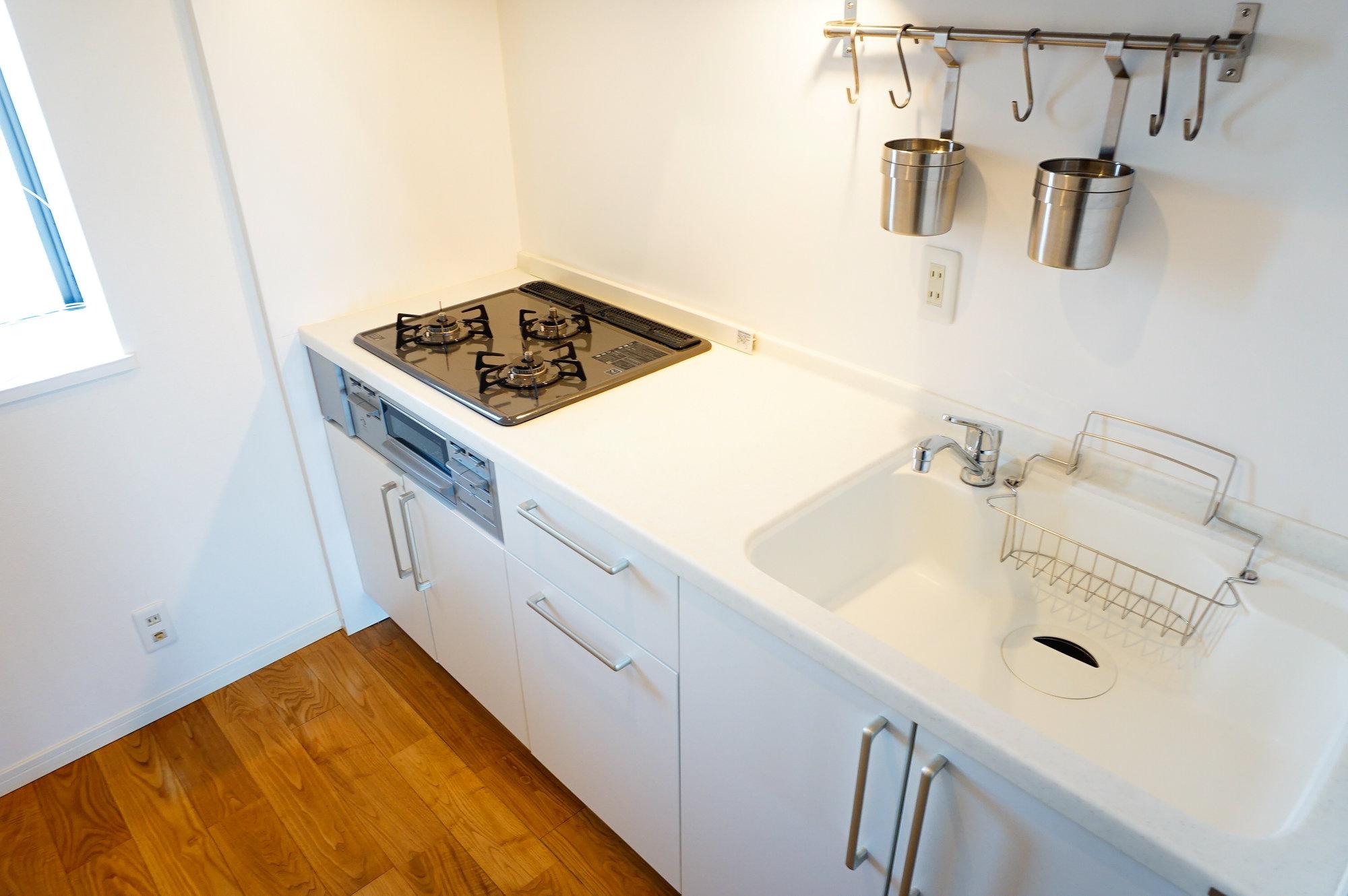 キッチンもgoodroomのこだわりが。人工大理石天板を使用していて、傷が目立ちにくいのが特徴です。白で統一されているキッチンって、なかなかないんですよね。これなら友達にも自慢してしまいそう……。