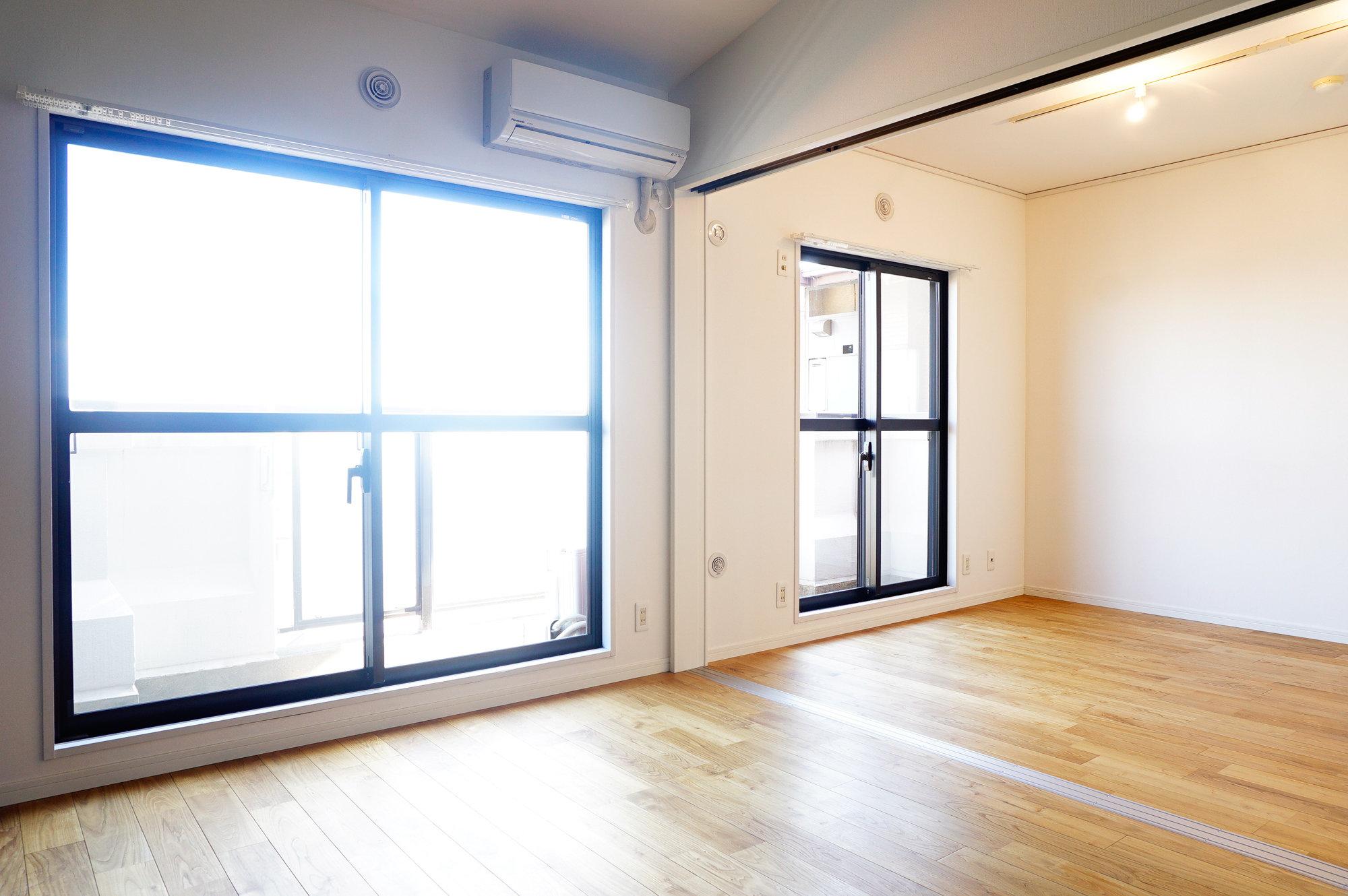 リビングと隣の部屋の仕切りを外して使えば、なんと22㎡の広々リビングに!窓からの明るさも、申し分なしですね。