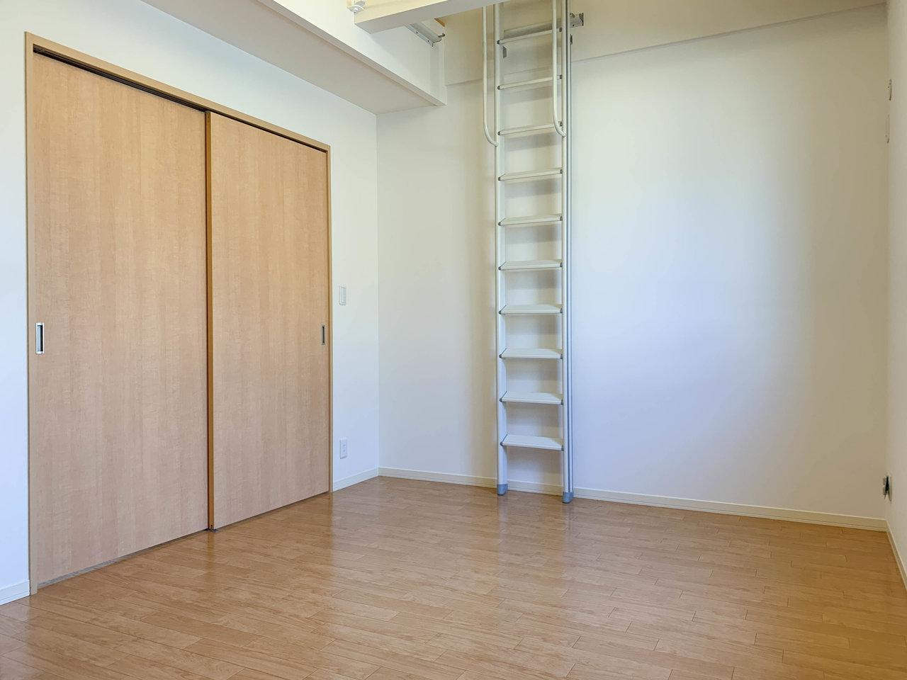 奥の洋室にはロフトが。そのため天井もかなり高い造りになっていて開放感があります。ここにはウォークインクローゼットもあるので、ふたり暮らしでも安心です。
