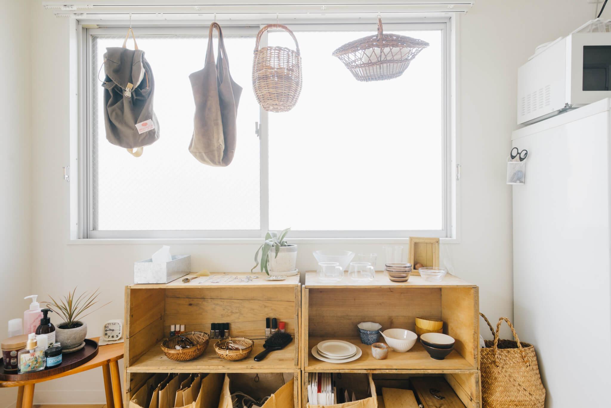 高い場所にある吊り戸棚を無理して使わず、こんな風に毎日使う食器を飾って置くのも素敵。(このお部屋はこちら)