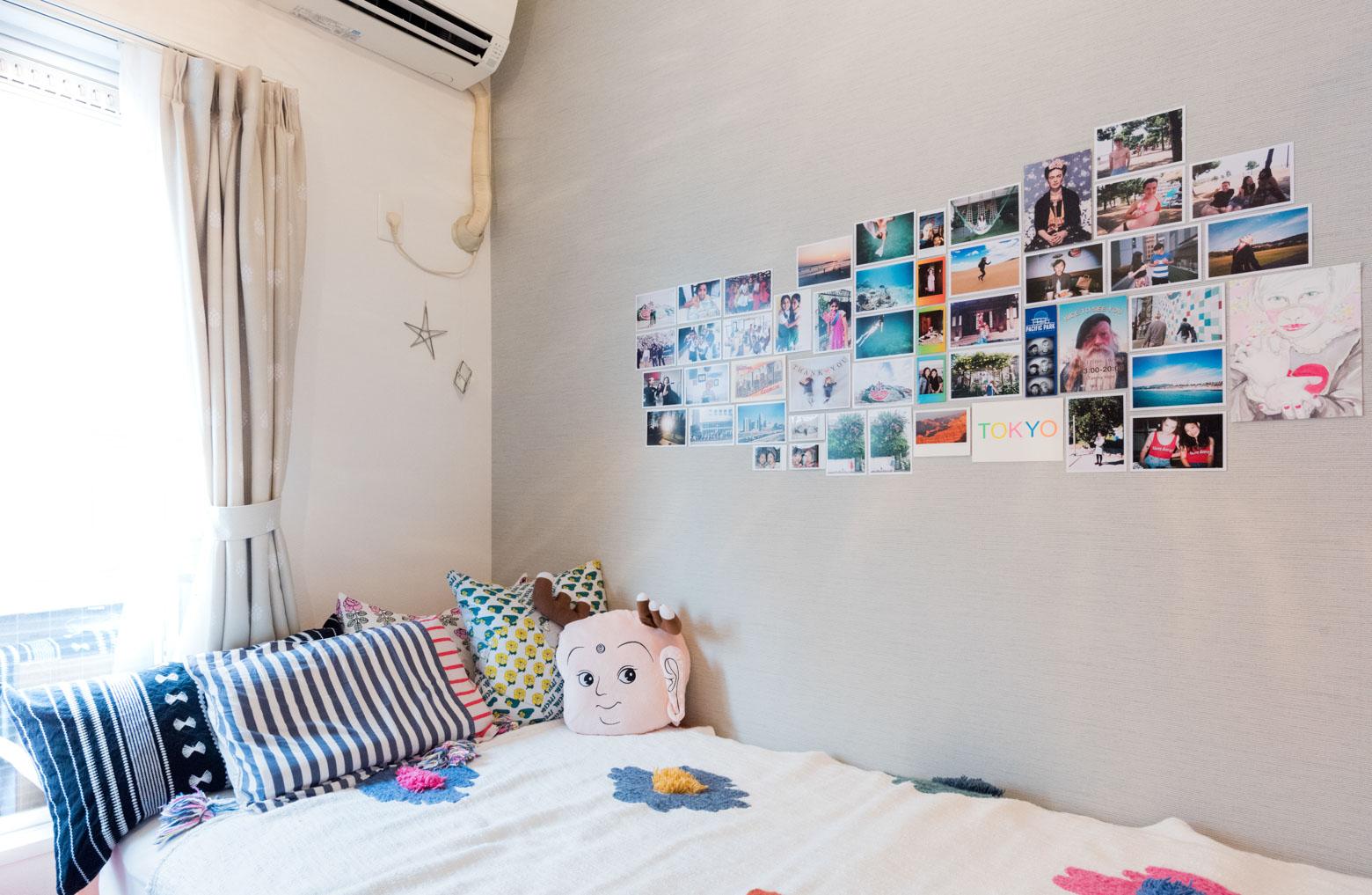思い出の写真やポストカードを壁に貼って飾っているお部屋(このお部屋はこちら)
