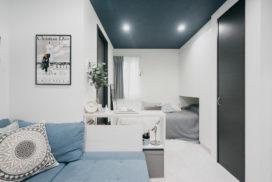 「1日の終わりに部屋をリセットする」習慣をもつ。ブルーとグレーの整ったワンルームインテリア