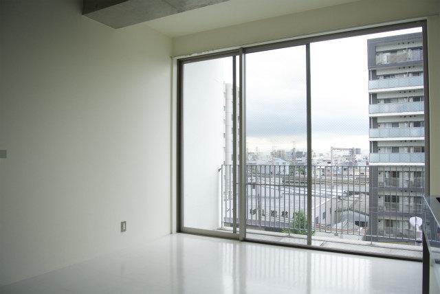 室内の大きな窓も特徴的。開放的な気持ちになれそうです。