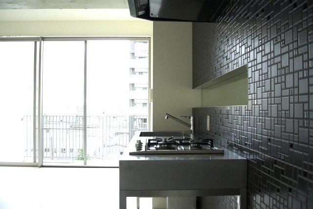 弁天町から徒歩5分。ひとり暮らし向けのスタイリッシュなデザイナーズ物件をご紹介します。部屋に入って一番を目をひくのは、キッチン周り。ステンレスのキッチンで、壁面は黒のタイルを使用しています。部屋全体にかっこいい雰囲気を醸し出してくれていますよ。