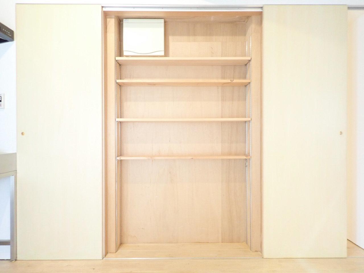 キッチン近くにはこんな収納棚も。奥行きがあまりないので、キッチン家電や食器、調味料などの保存場所に使えそうですね。