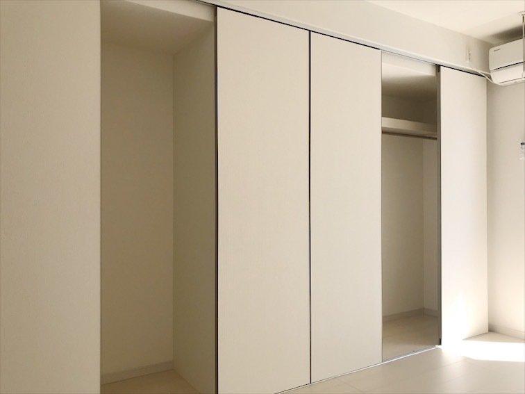開くとこんな感じに。右側のスペースは奥行きもあるので洋服だけでなく、家電などもしまえそうですね。左側は一部冷蔵庫置き場として利用できますよ。