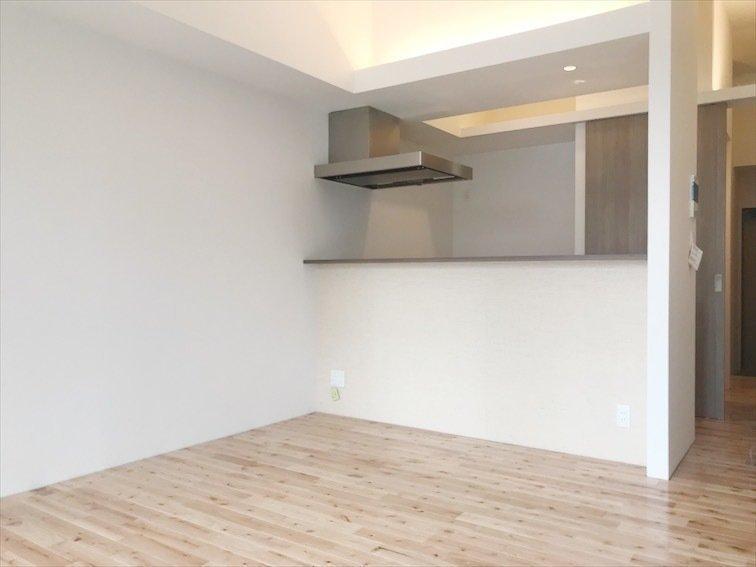 最後にご紹介するのは、ちょっと間取りのタイプを変えて、2LDKのお部屋をご紹介。ふたり暮らし、ファミリーの方にぴったりです。フローリングは木目が多い無垢材で、木の温かみを感じます。キッチンはうれしいカウンタータイプ!2020年1月に完成予定の新築です!