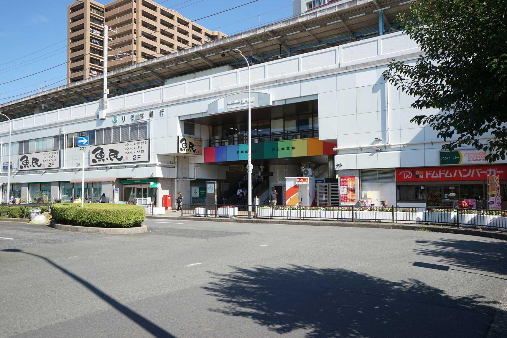 郊外の駅といえども駅ビルはなかなか充実。飲食店が多数入居していて、駅前ロータリーには大きなスーパーもあります。
