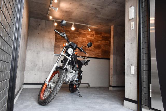 1階にバイク専用ガレージのあるお部屋です。かなりしっかりとした広さがあります。