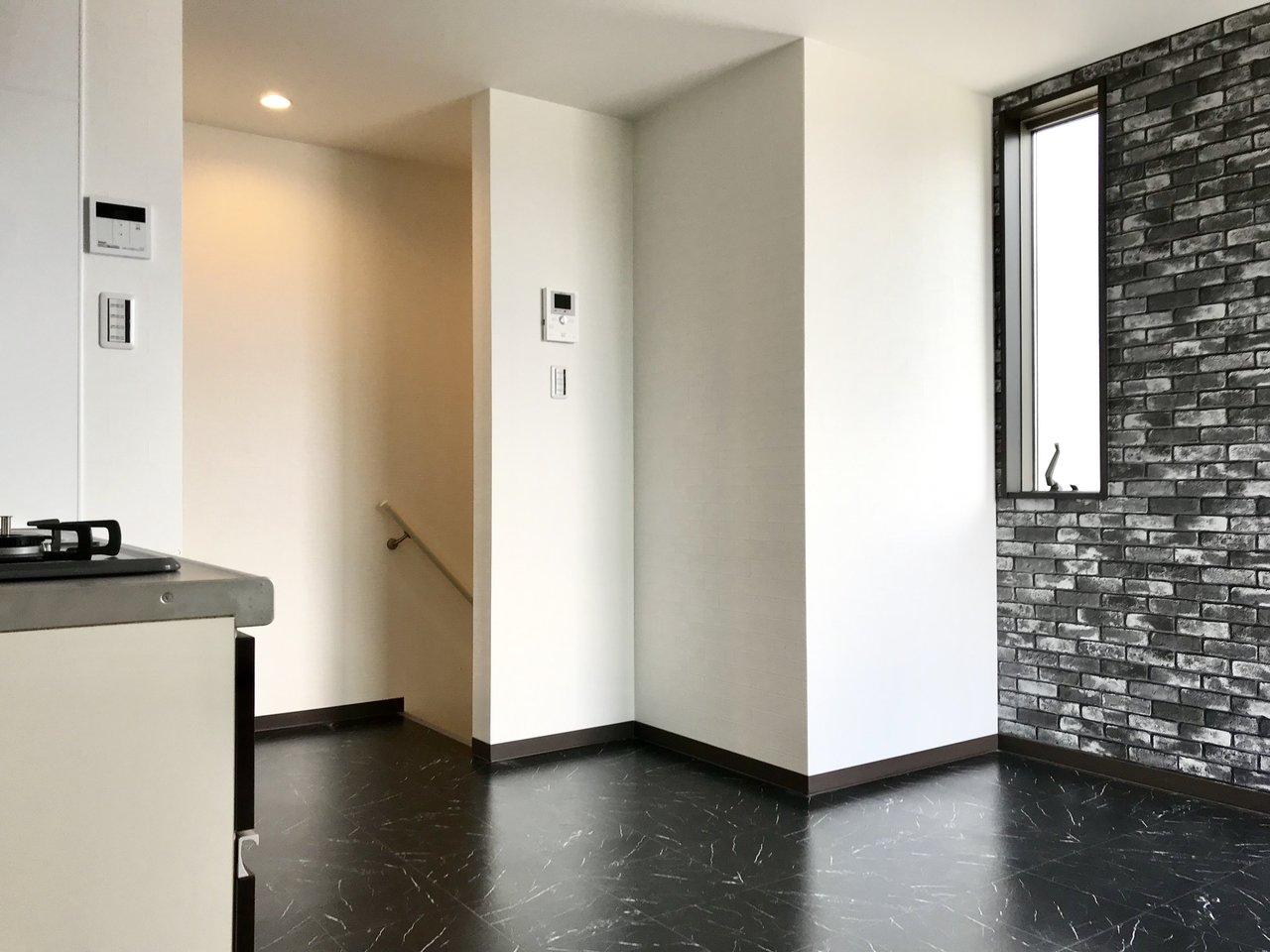 2階がベッドルーム+バスルーム、一番眺望の良い3階がLDKです。居室もなかなかかっこいいデザインですね。