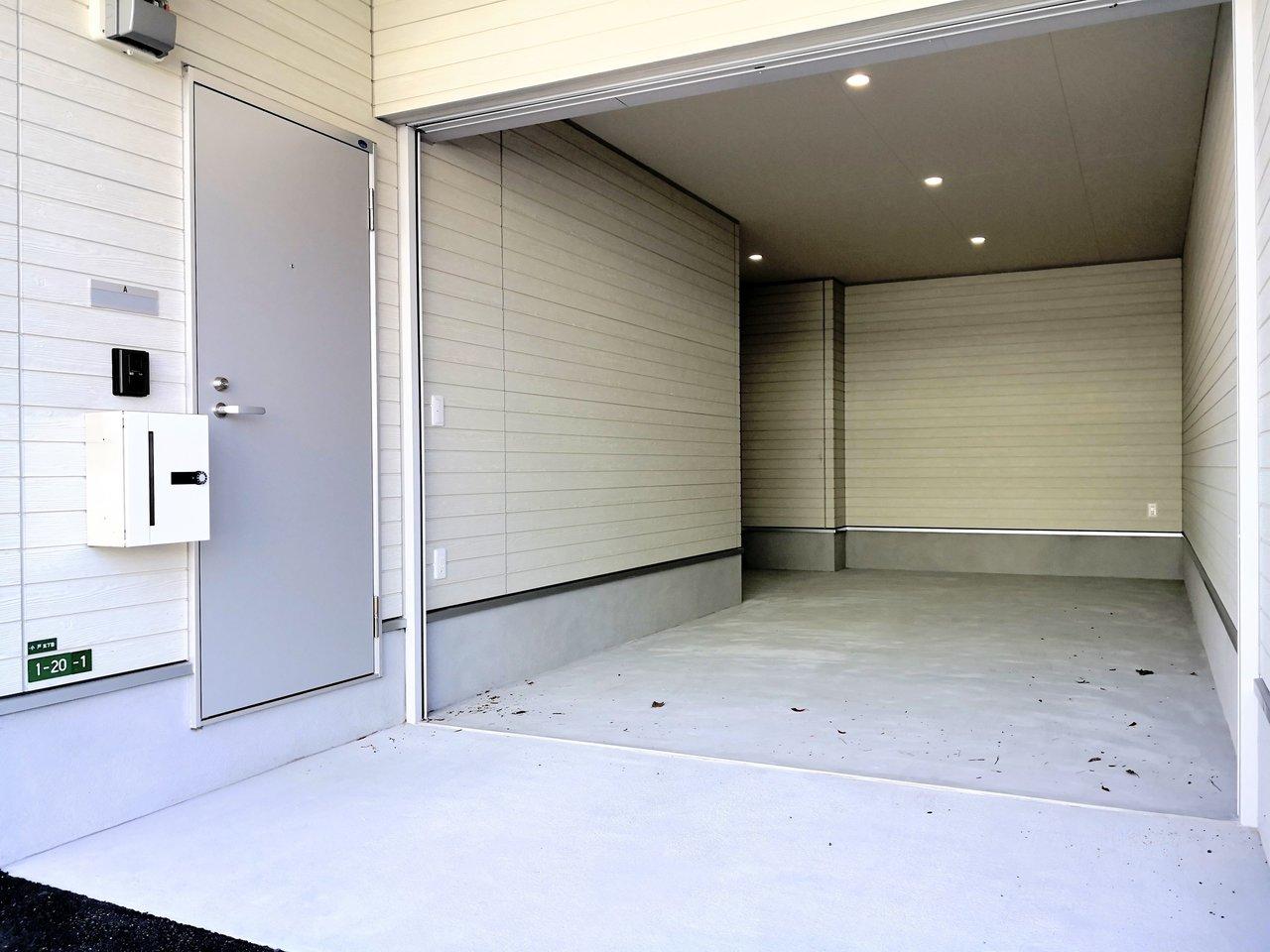 1階に車庫があり、雨に濡れずにお部屋に入れるありがたいメゾネットです。