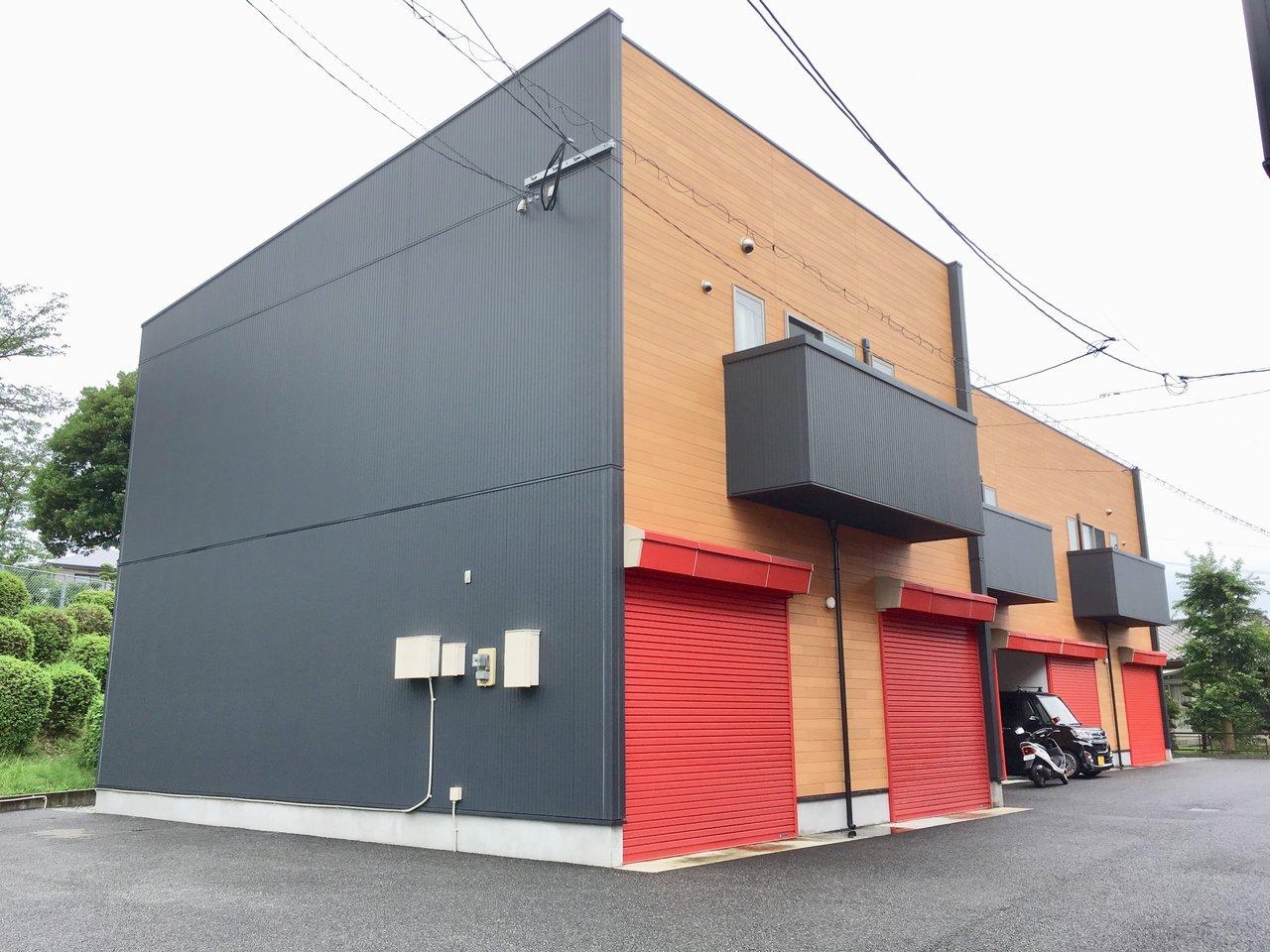 個性的な外観がかっこいい、築浅のデザイナーズです。赤いガレージにテンションが上がります。