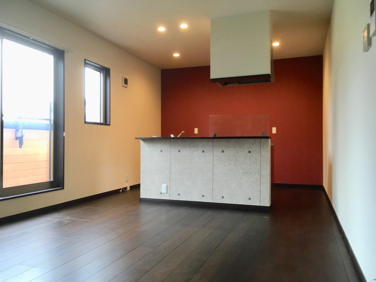 2階は17畳とかなり広めのワンルームです。アイランドキッチンがドン、と。これぞデザイナーズ。