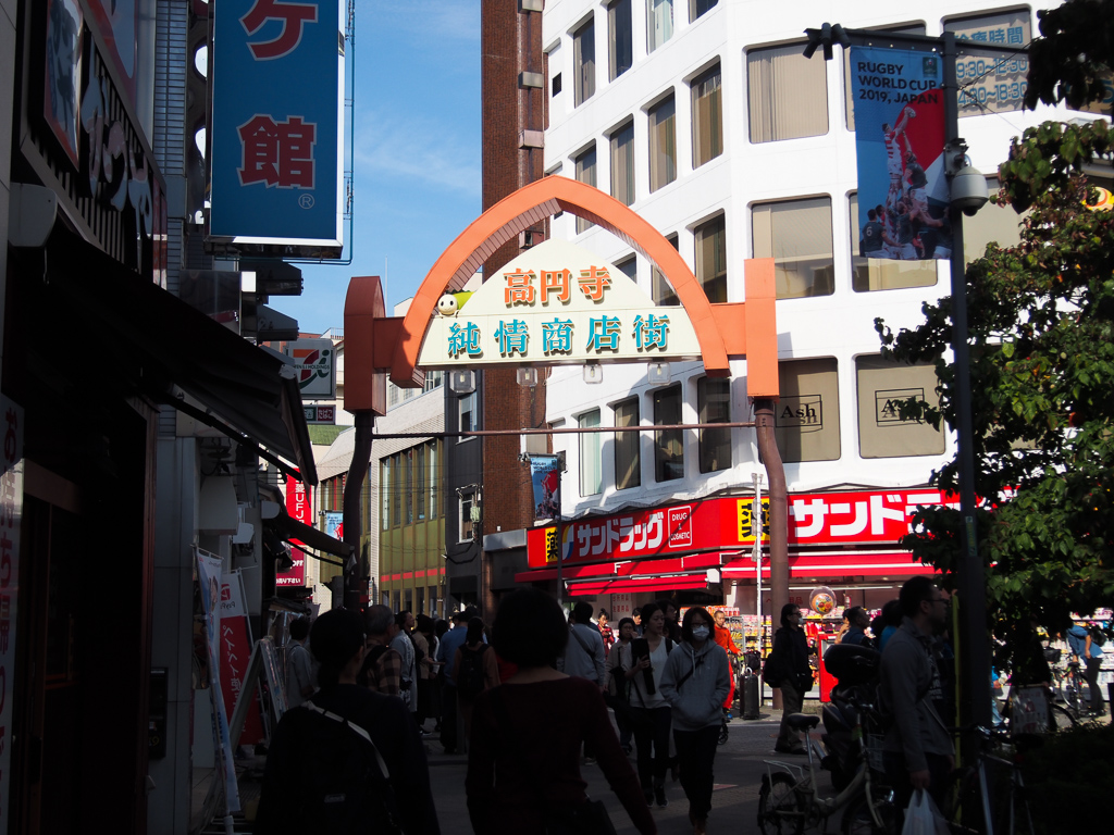 まず、北側にある商店街が、「純情商店街」。昔ながらの精肉店から人気のクラフトビール屋まで、大小さまざまなお店が連なり、日中でも人が多く買い物をしている印象です。