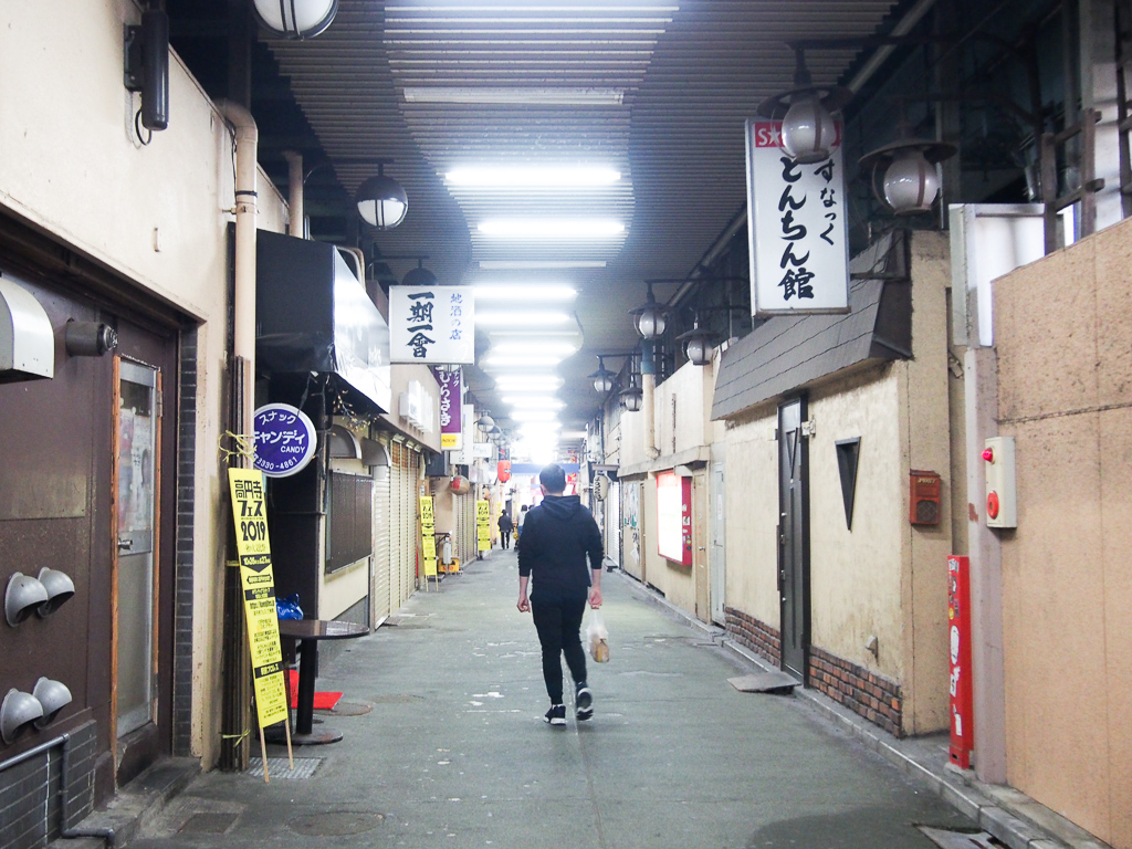 高円寺駅から西に高架下をずっと歩いて8分ほどのところにあります。