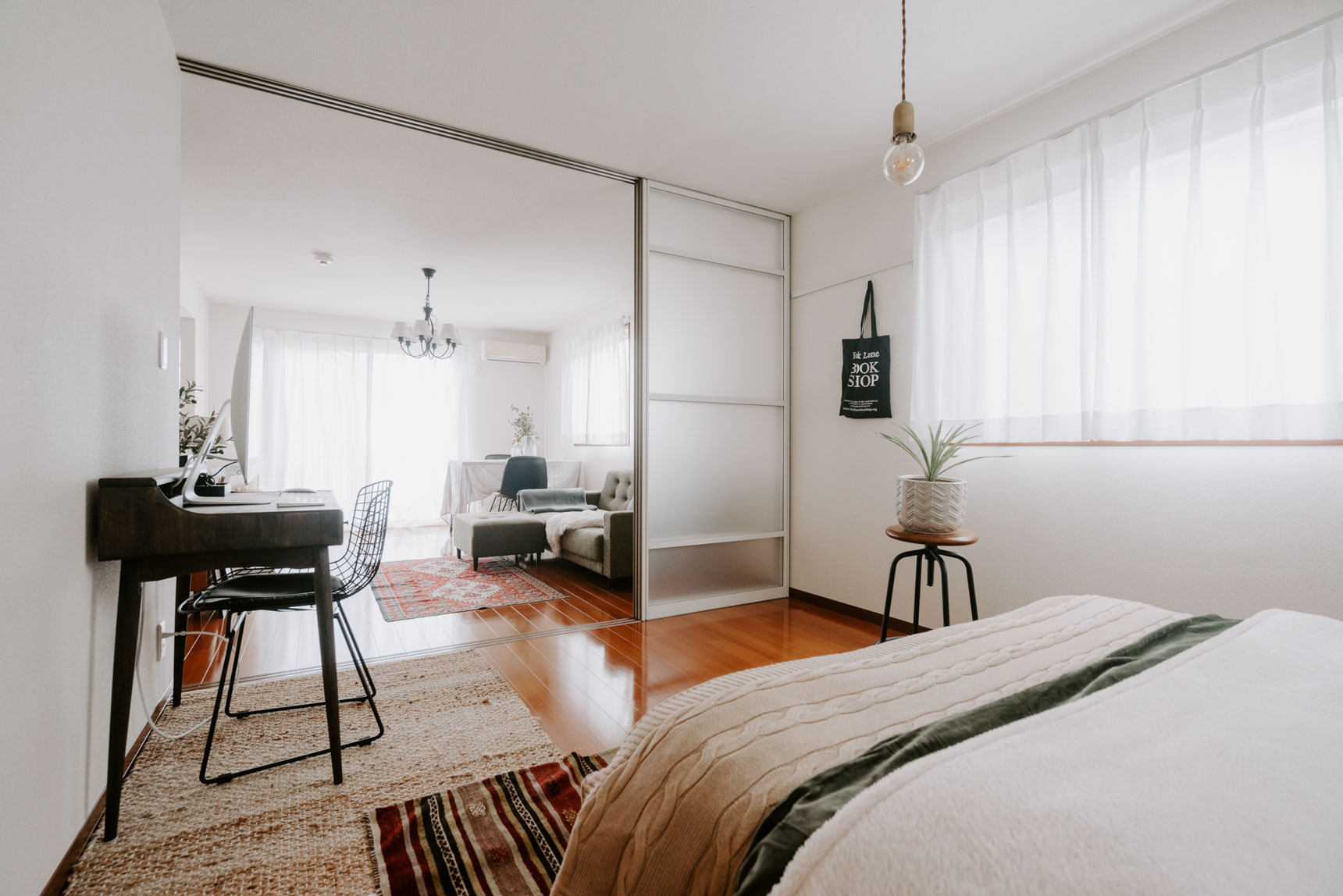 部屋の広さは、リビングが13畳、ベッドルームが7畳ほど。リビングとの間の引き戸も普段から開けているため、より広く見えますね