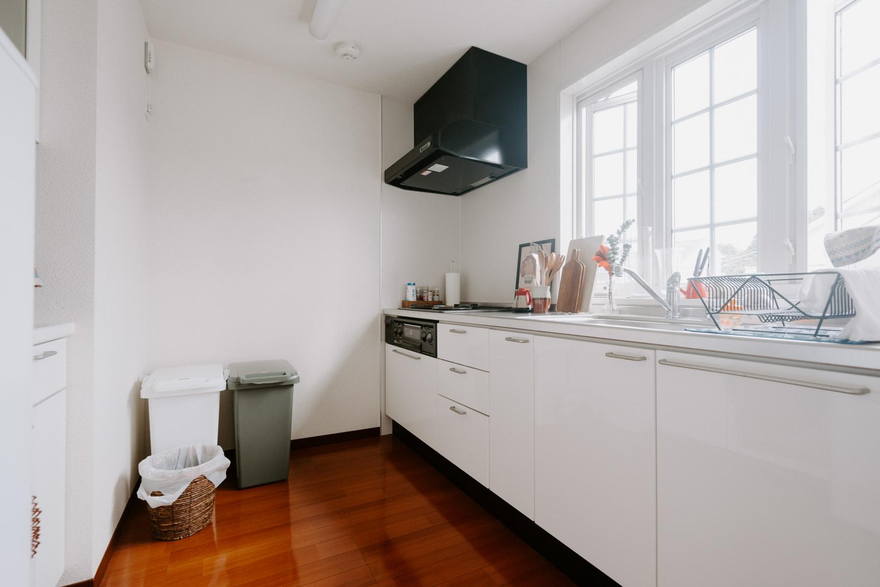 リビングの奥にあるキッチン。窓の形がかわいく、とても明るいので料理も楽しくなりそうです。
