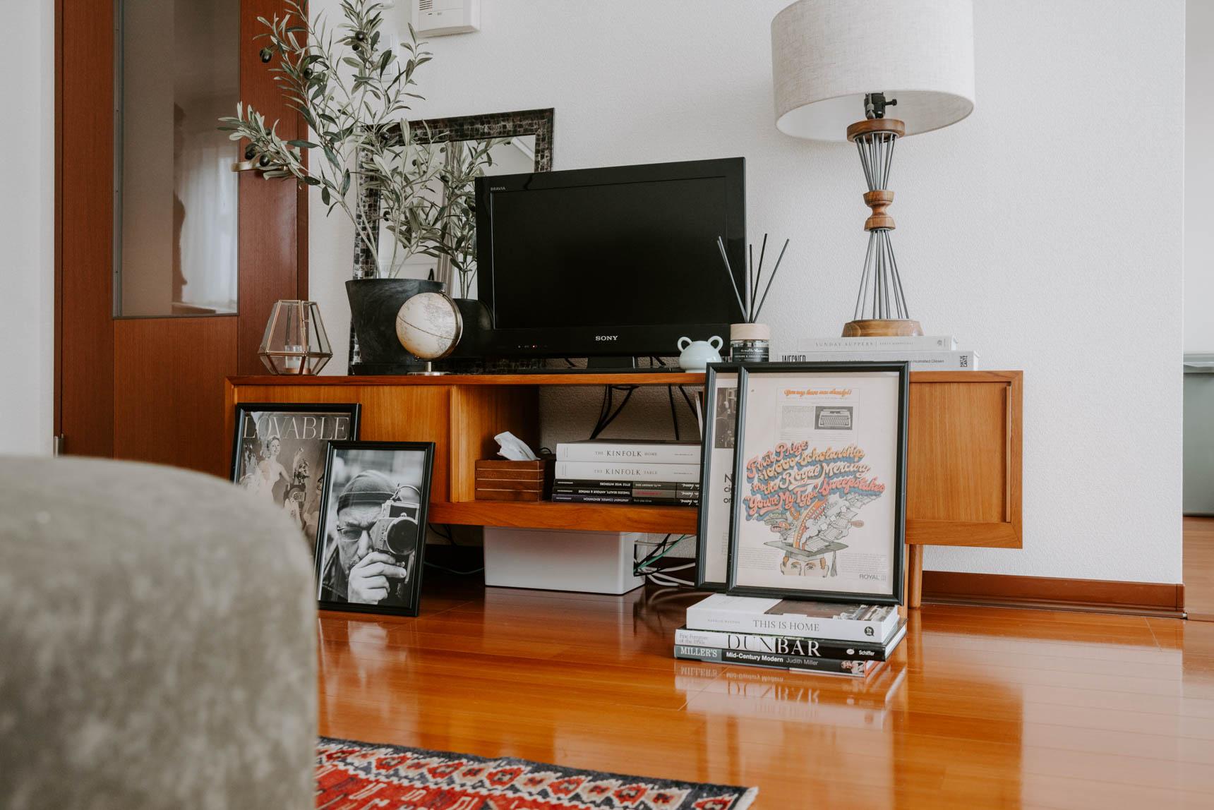 素敵なキャビネットは、楽天の家具店「クロロス」のオリジナル。テレビの周りをこんな風にアートやグリーンで飾るのって、素敵ですね。