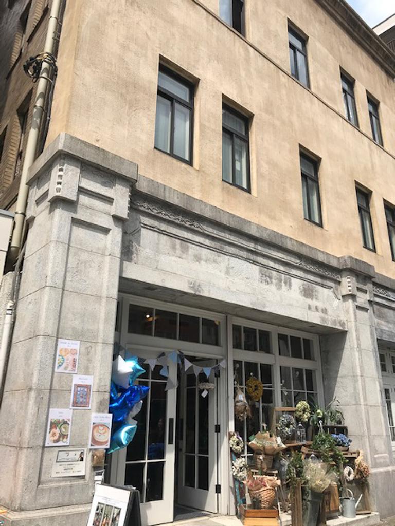 場所は、浅草駅から徒歩3分。1934年に建築された、レトロな建物。戦前は銀行だったというこの場所が、たった2日間だけ小さな百貨店になって、世界中の国のものや作品を扱うお店や作家さんが集まるといったら、ちょっぴり興味がそそられませんか。