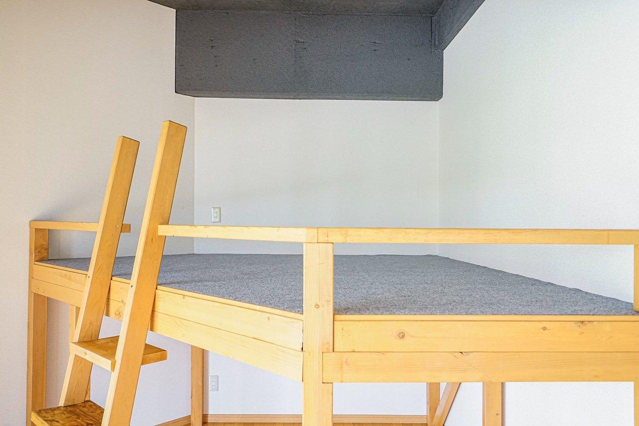 もうひとつの特徴は、変わったカタチのロフト。173センチの方でも楽々立ててしまえるほど、天井との高さがあります。ここをベッドスペースにすれば、なおさらリビングを広く使えますね。ロフト下には収納スペースもありますよ。