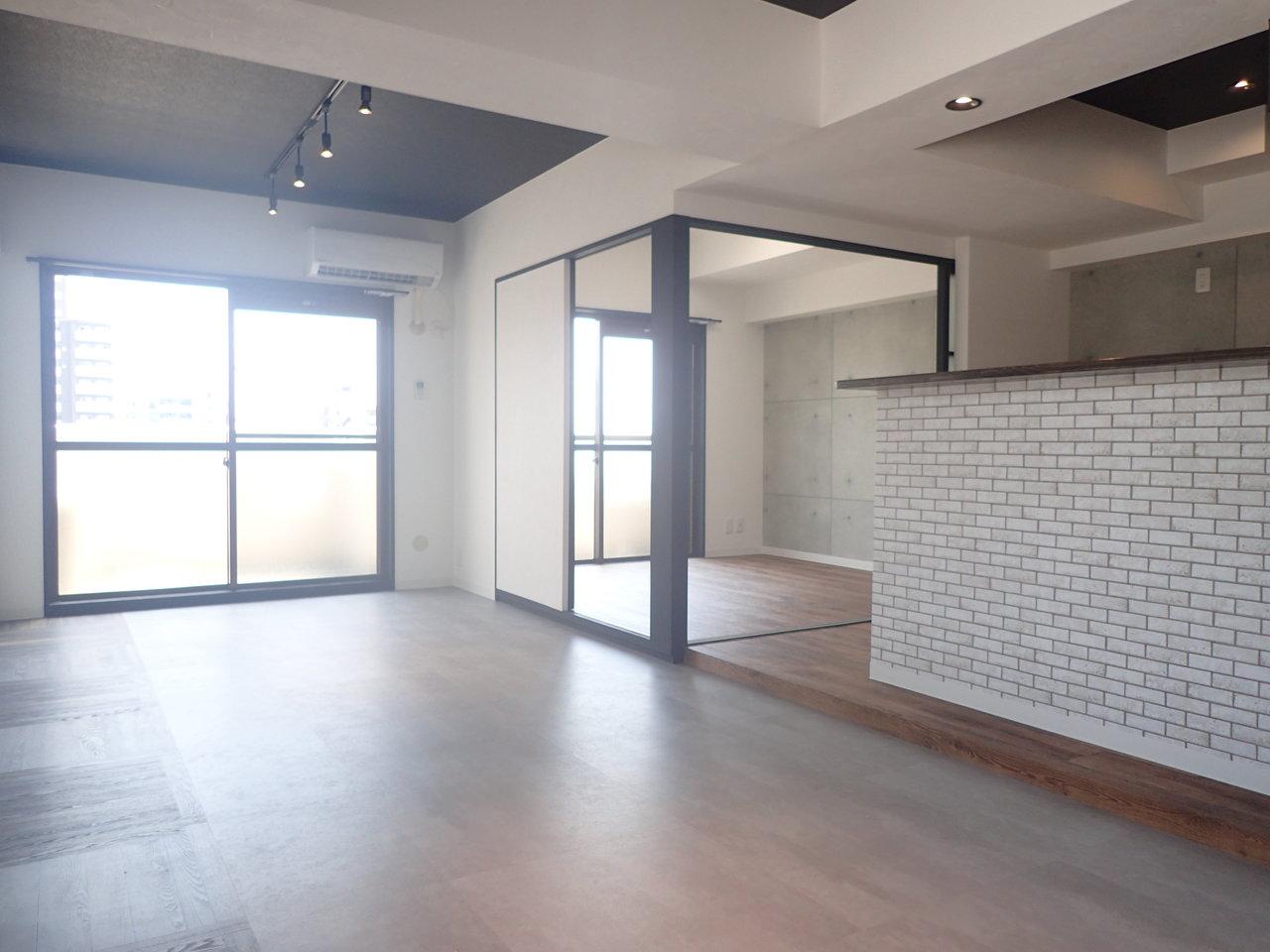 洋室は4.5畳なので、ふたり暮らしのときはベッドサイズにご注意を。でもこの黒のスライドドアもなかなか賃貸物件ではみられないですよね。とってもおしゃれ。開け放しにしておけば開放感もあっていいかもしれません。