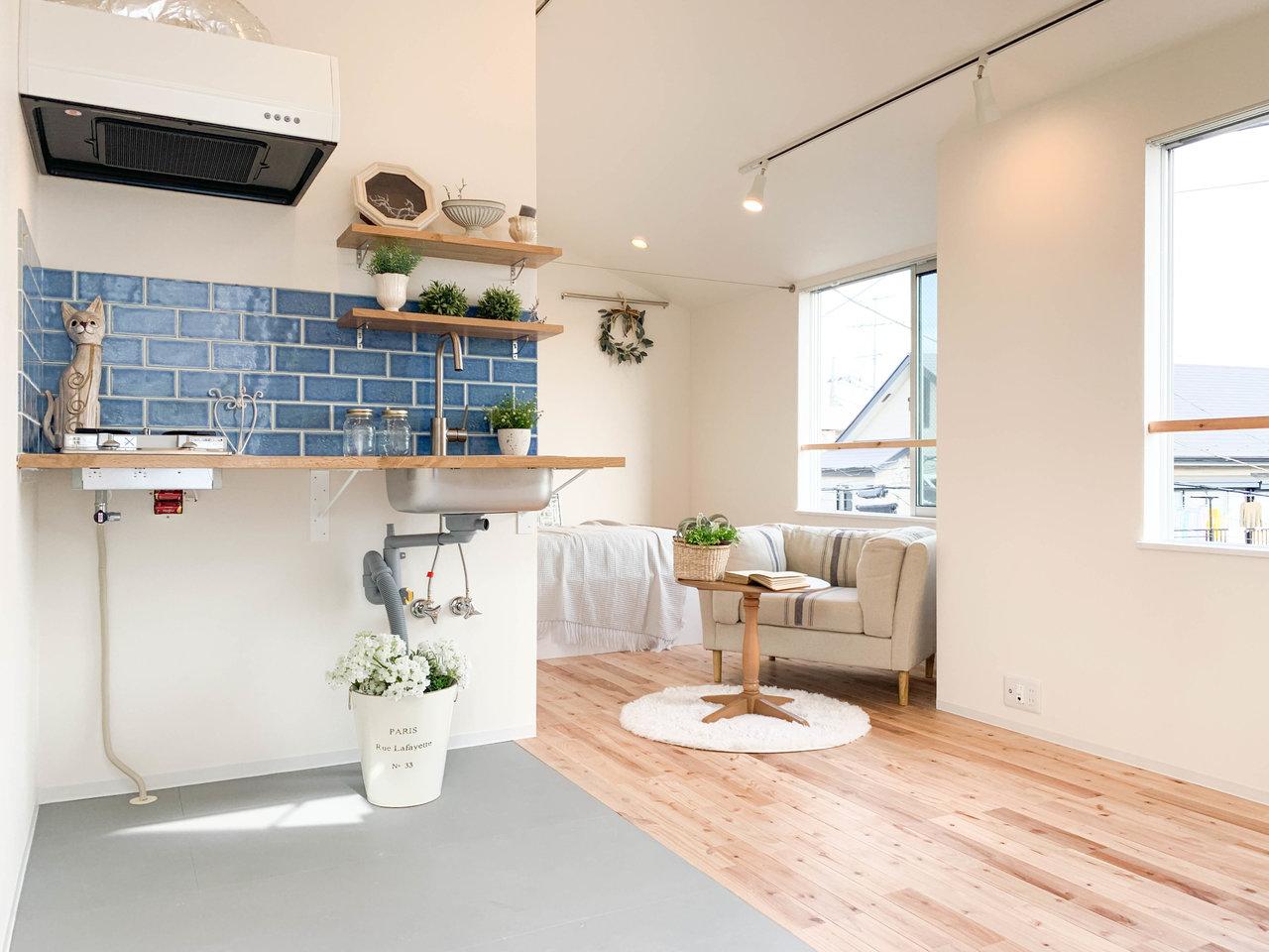 まず初めにご紹介するのは、無垢床が気持ちのいい新築のお部屋。縦に長いこちらのお部屋では、奥にベッドルーム、手前がリビングルームとなっています。