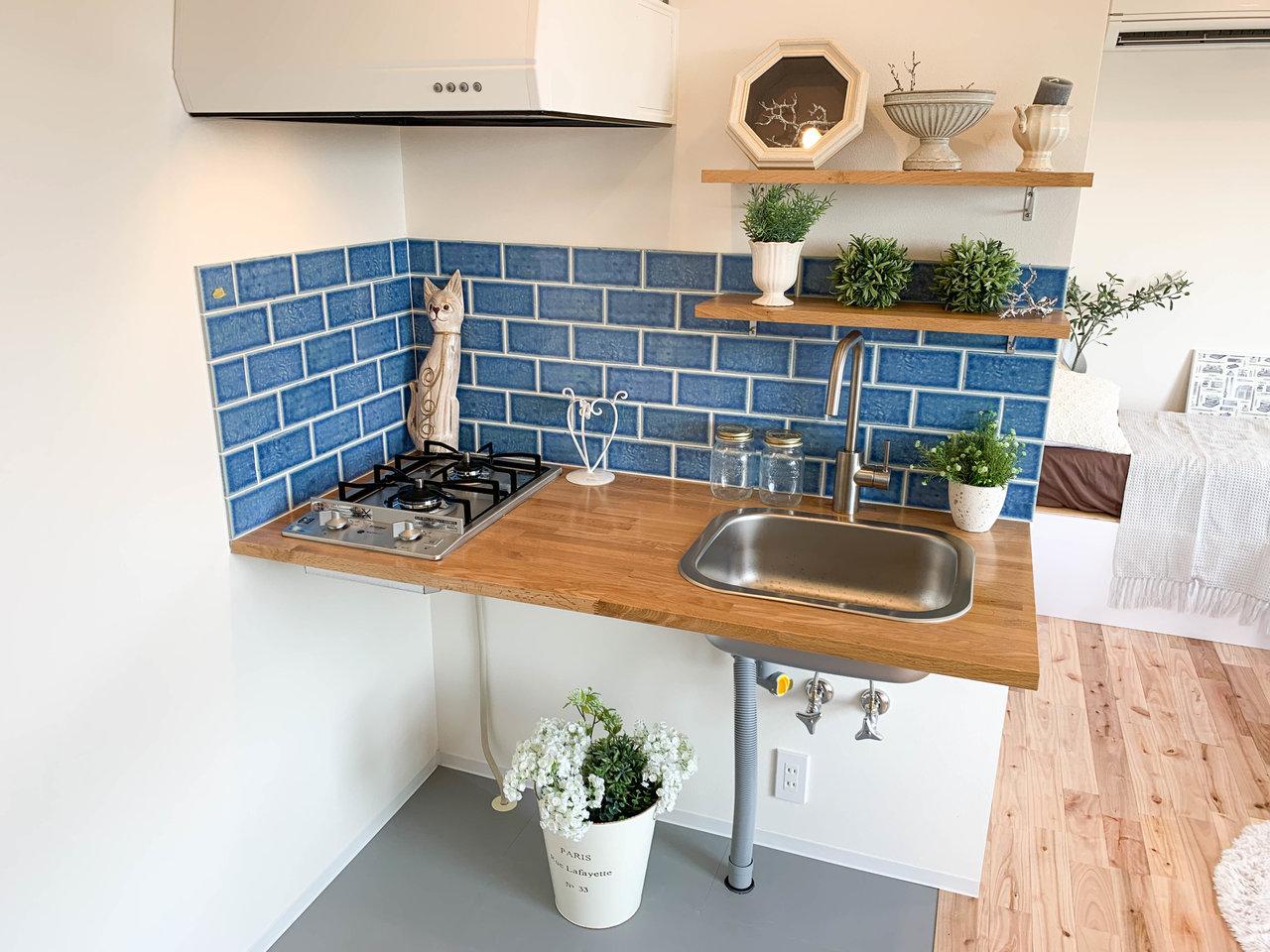 タイルがキュートなキッチンも魅力のひとつ。シンプルな造りのキッチンですが、十分自炊はできそうな二口ガスコンロと作業スペースが。またこちらのキッチンは土間スペースにもなっているので、観葉植物などを置いても部屋の雰囲気が出ていいですね。