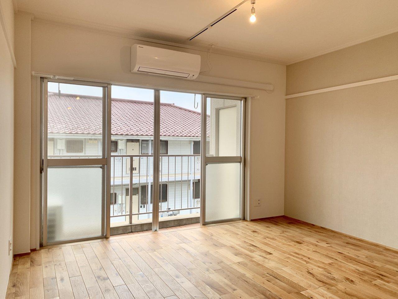 室内は11畳のワンルーム。「次は広いリビングの部屋で暮らしたい」と考えている、ひとり暮らしの方にはぴったりのお部屋です。