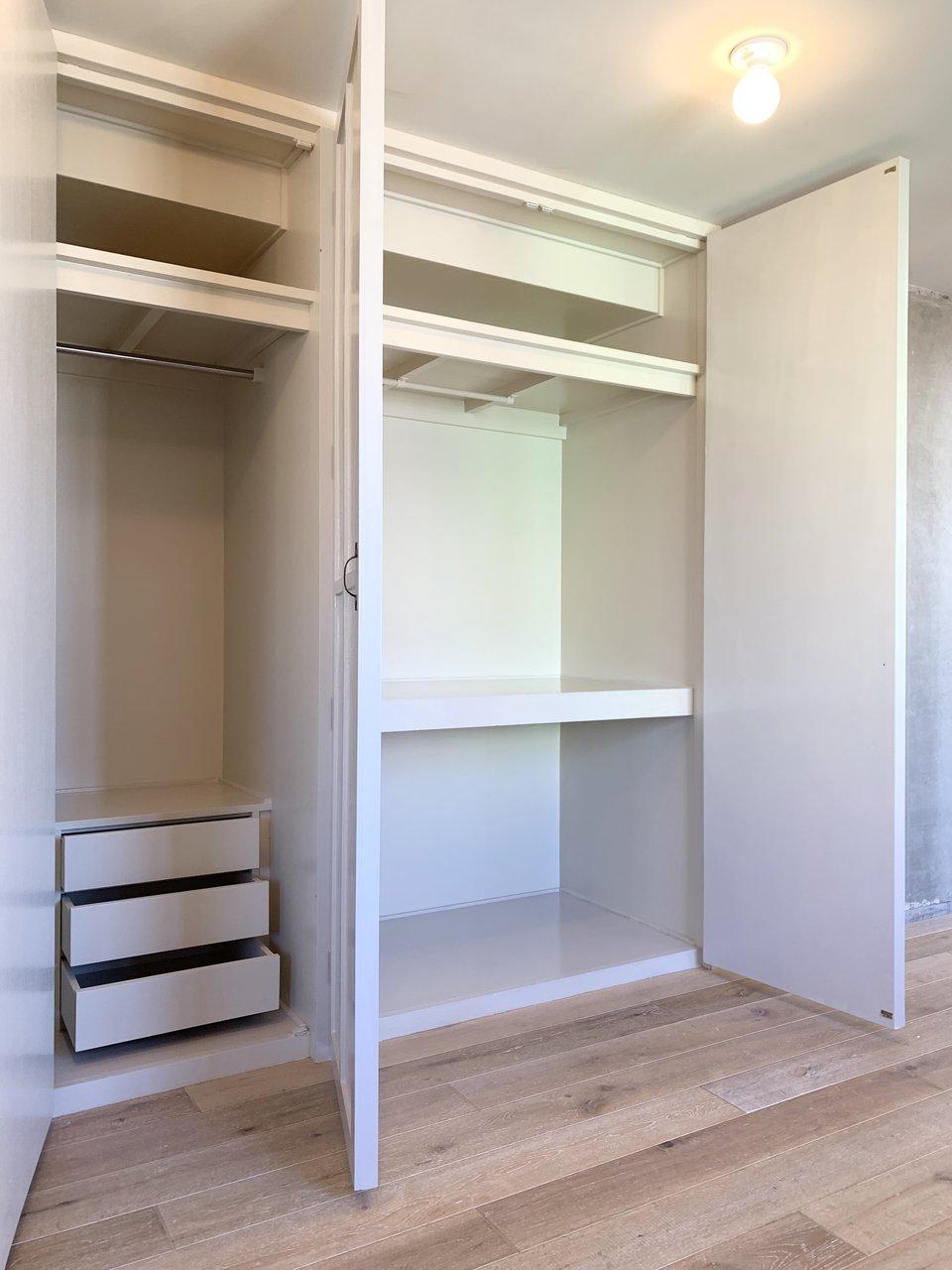 大きな収納スペースもちゃんとありますよ。奥行きもしっかりあって、小分けもされているから、新たにクリアケースなどはほとんど必要ありません。閉じても部屋のデザイン性を損なわないアンティークな扉が。圧迫感もなく、たくさんのものを収納できる、優秀デザイン!