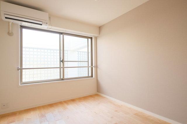 寝室は5.5帖のリビング横を使ってもよし、6帖の玄関横の居室をつかってもよし。しっかり大きな収納が設置され、ダブルベッドもおけますよ。落ち着いた印象のクロスがいいですよね。※写真は完成後のイメージです