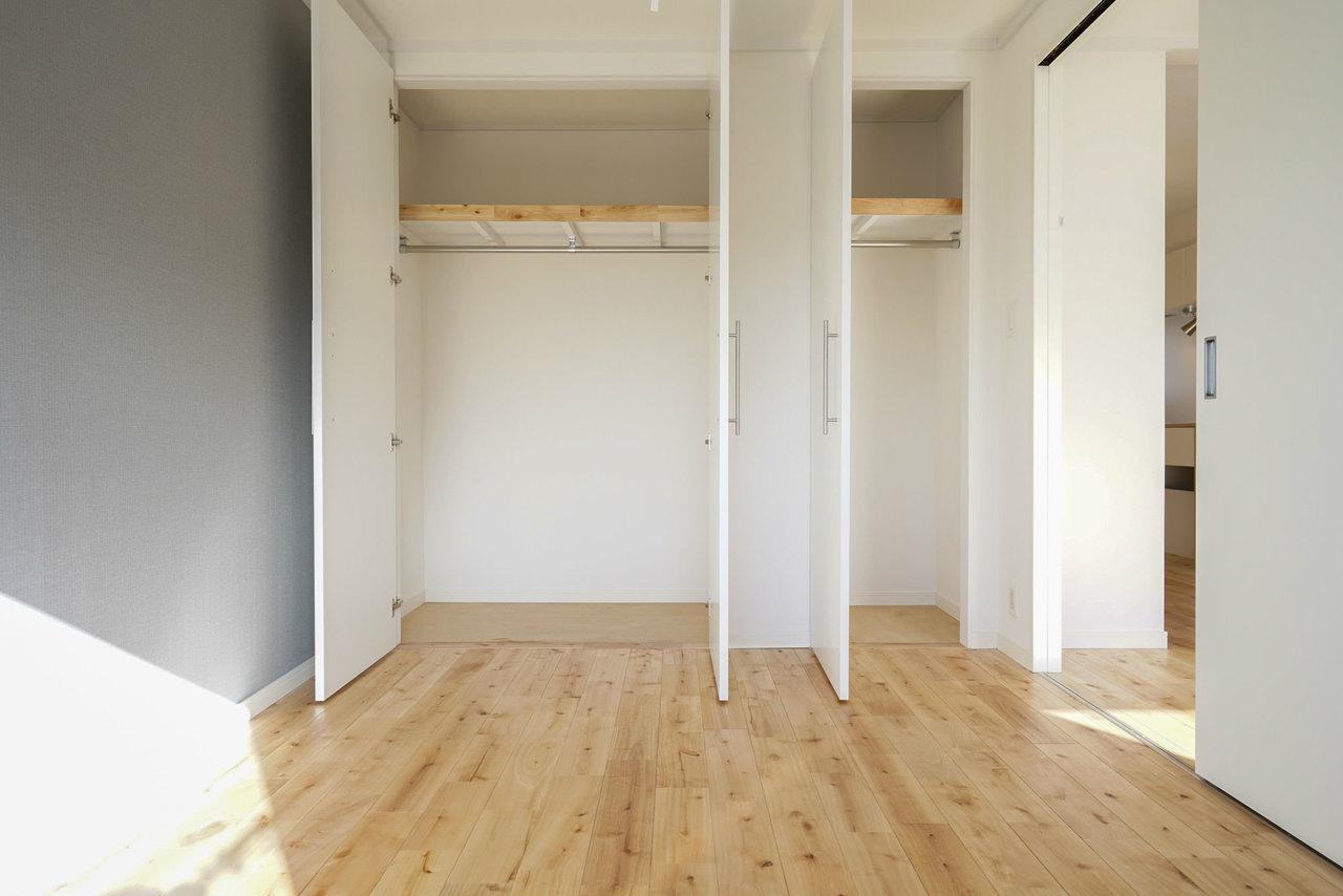 大容量の収納スペースもちゃんとあります。二部屋それぞれにあるので、家族の荷物、パートナーの荷物、それぞれ分けてもまだ十分な広さができそう。パーチ材を使った無垢床も、ナチュラルな印象を与えてくれる、あったかい雰囲気のお部屋です。※写真は完成後のイメージです