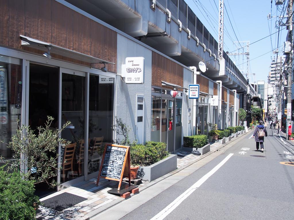 新旧問わず様々なお店が入り混じる、高架下