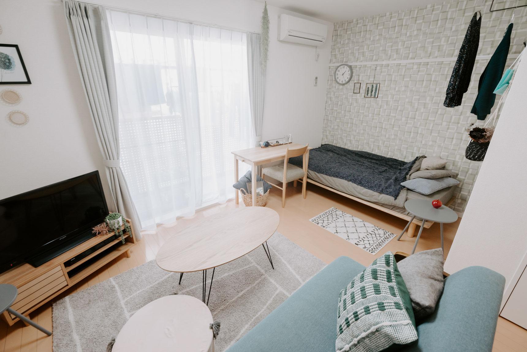 お部屋に入って正面は窓。ベッドは壁につけてぴったりと収まる位置に置けるので、視線や動線を遮ることなく、お部屋を広く快適に使えるんですね。