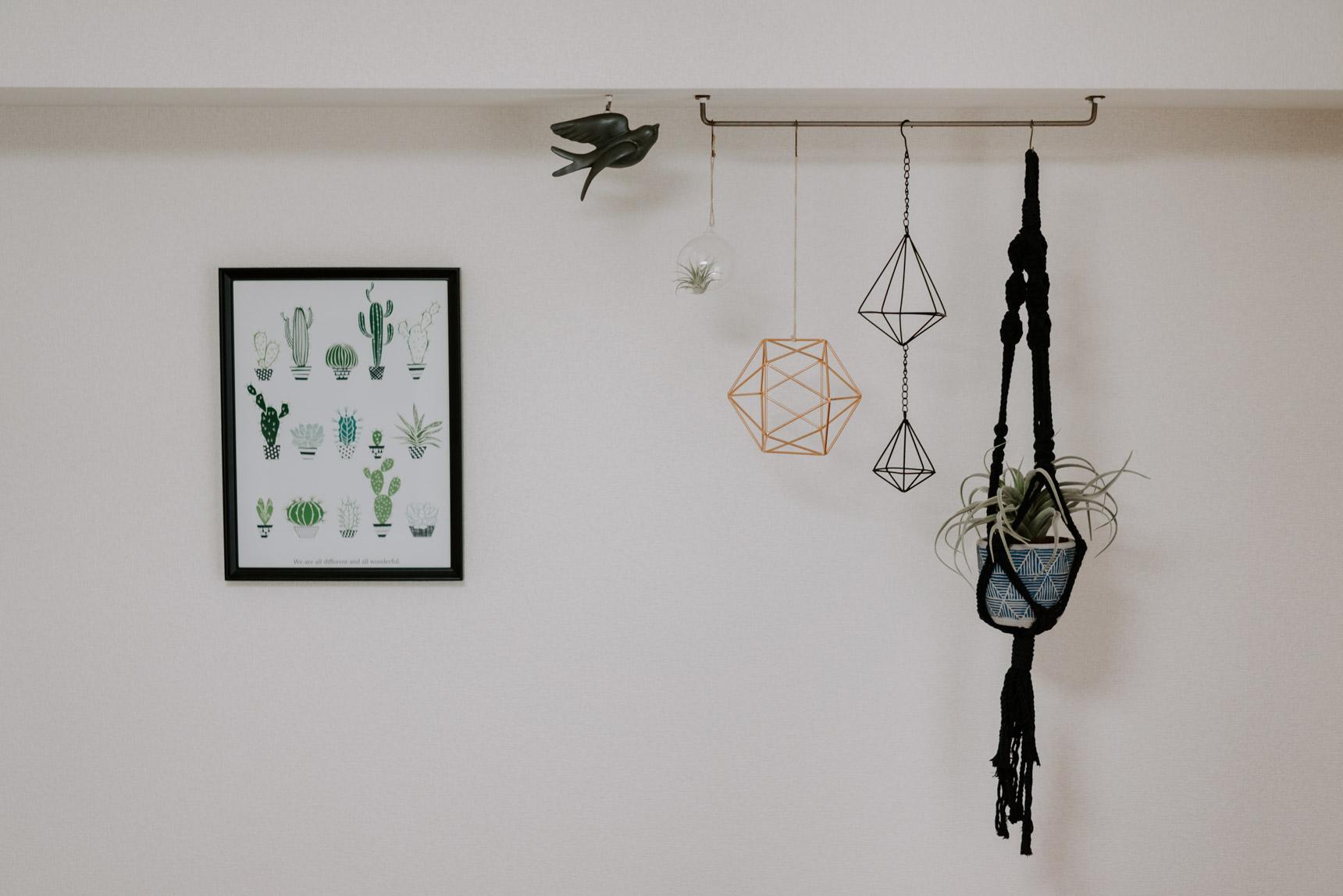 壁を楽しく飾っている小物も、ところどころ黒のものを混ぜて大人っぽく。