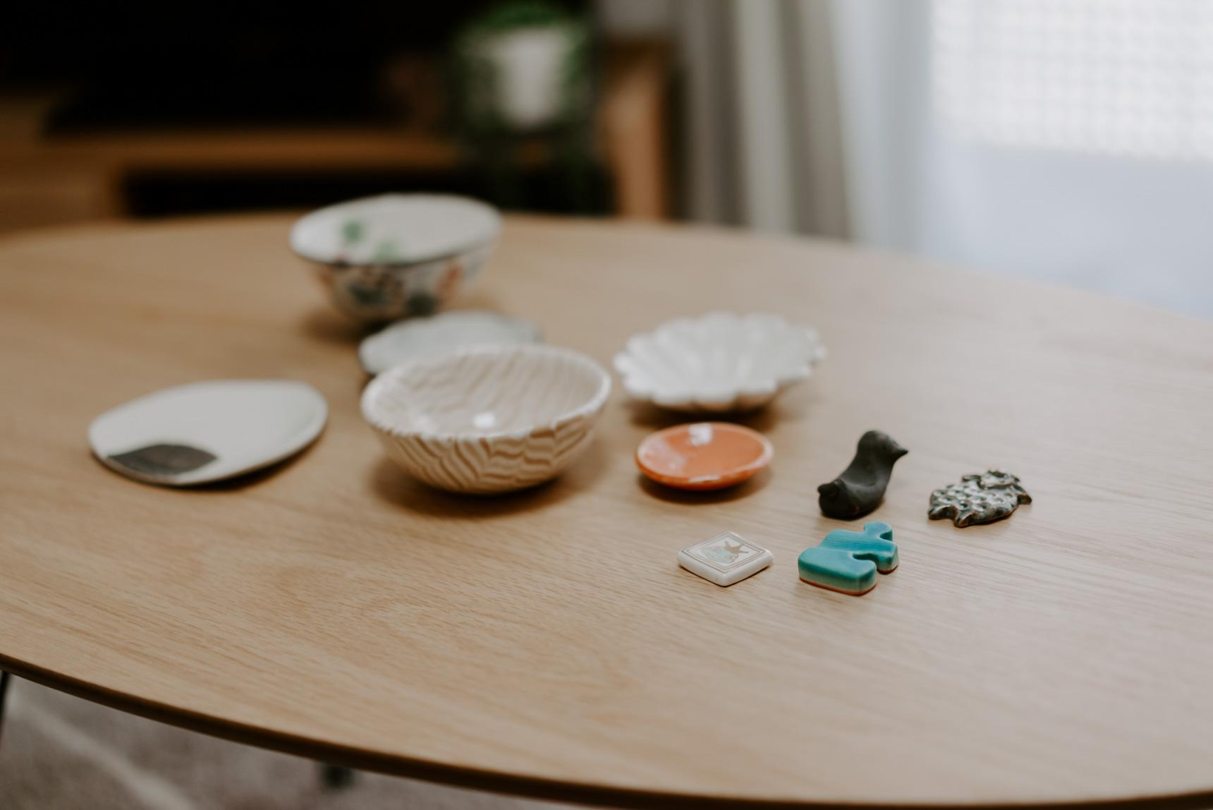 自炊をするようになって器にも凝るように。副菜を入れるための豆皿やお箸置きをコレクションしていらっしゃいます。