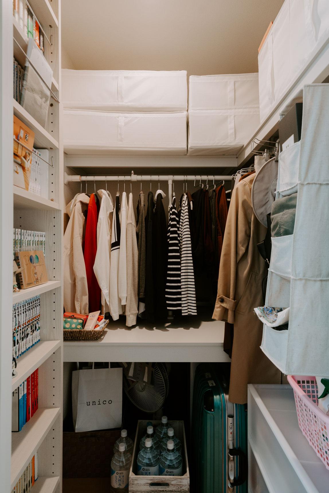 すっきりして見えるお部屋のもうひとつの秘密は、大容量のウォークインクローゼット。クローゼットの中も綺麗に整頓して、オールシーズン、いちいち出し入れしなくても良いように工夫されています。