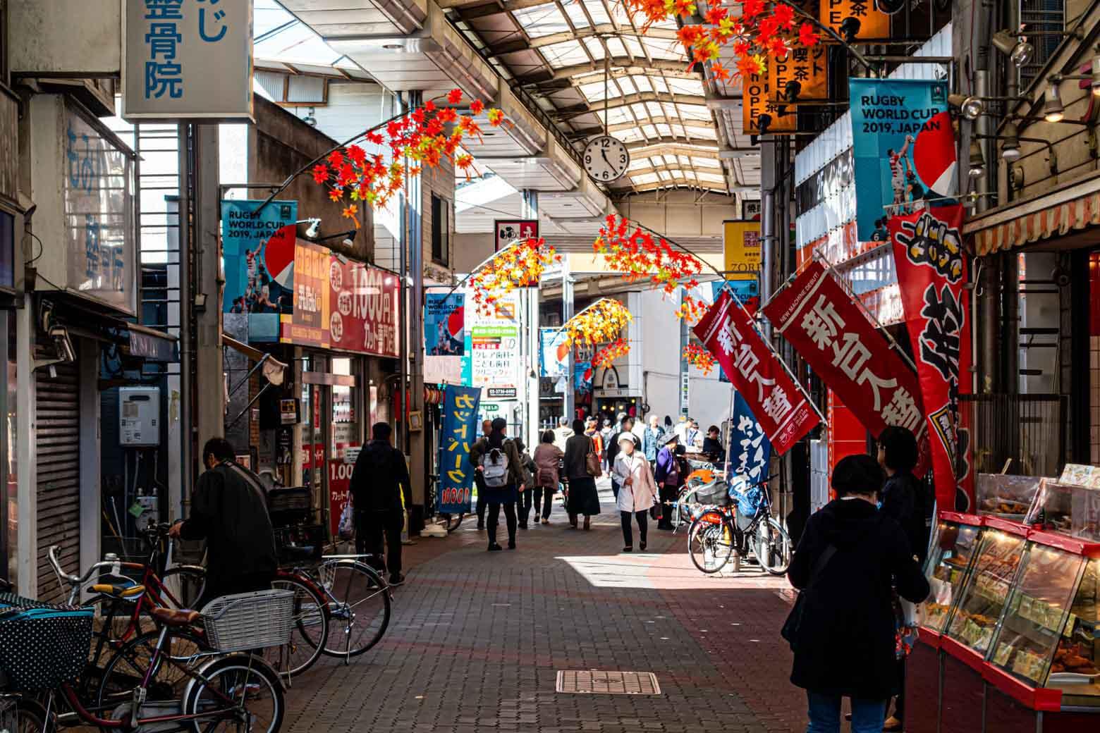 この雰囲気、最高ですねえ。1948年に誕生した商店街で、加盟店数は約200。元気な商店街が多い大田区でも最大級の規模を誇っています。