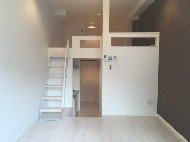 小さな階段がいくつもあって、空間にメリハリのあるこちらのお部屋。ロフトへの階段も幅があって、はしごと違い安定感がある造りとなっています。
