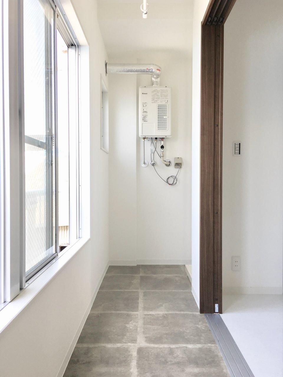 お部屋にはバルコニーがないのですが、インナーテラスがついています。日当たりも良いため、十分洗濯物は乾きそう。洗濯パンも同じ場所に設置されているので、洗濯が終わったらすぐ干せるのも便利です。